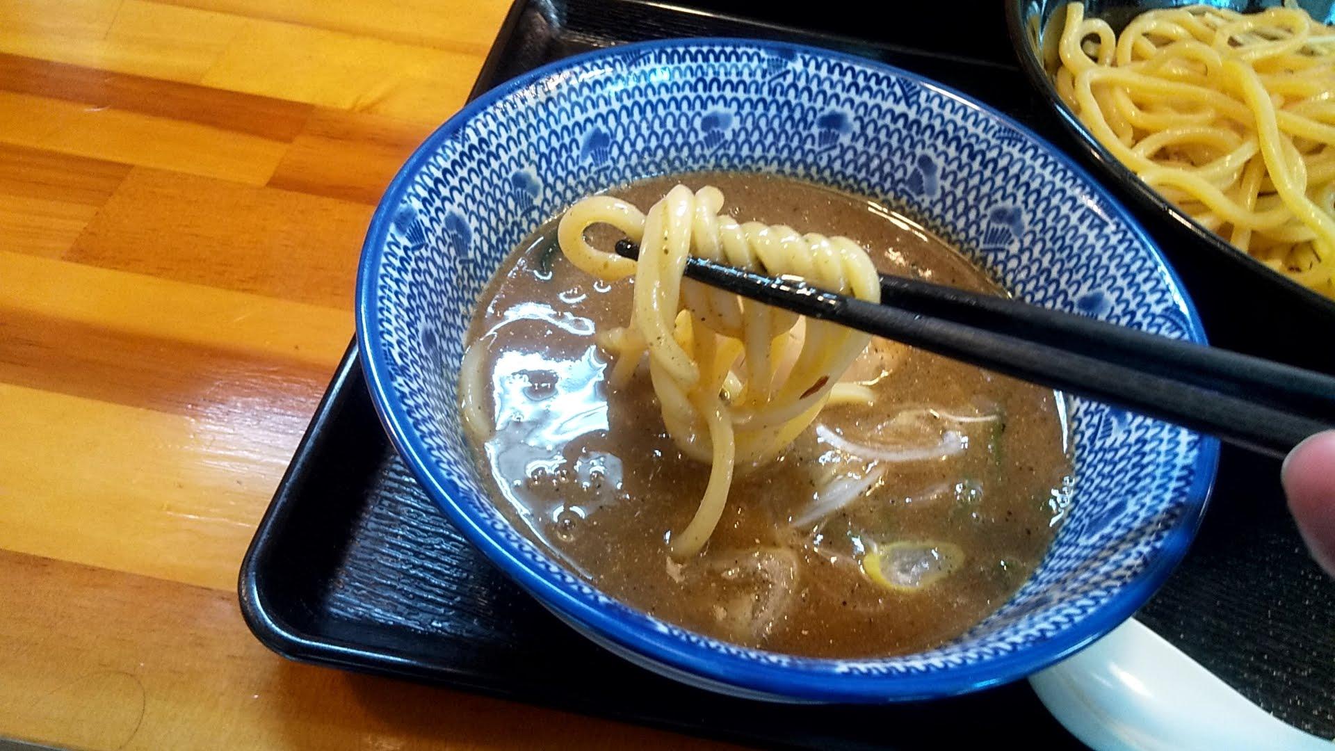 中川會頂の魚介豚骨つけ麺特製トッピングの麺リフト