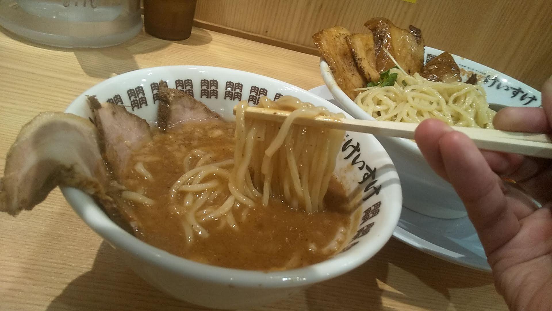肉そばけいすけ錦糸町店の濃厚魚介つけ麺スペシャルの麺リフト