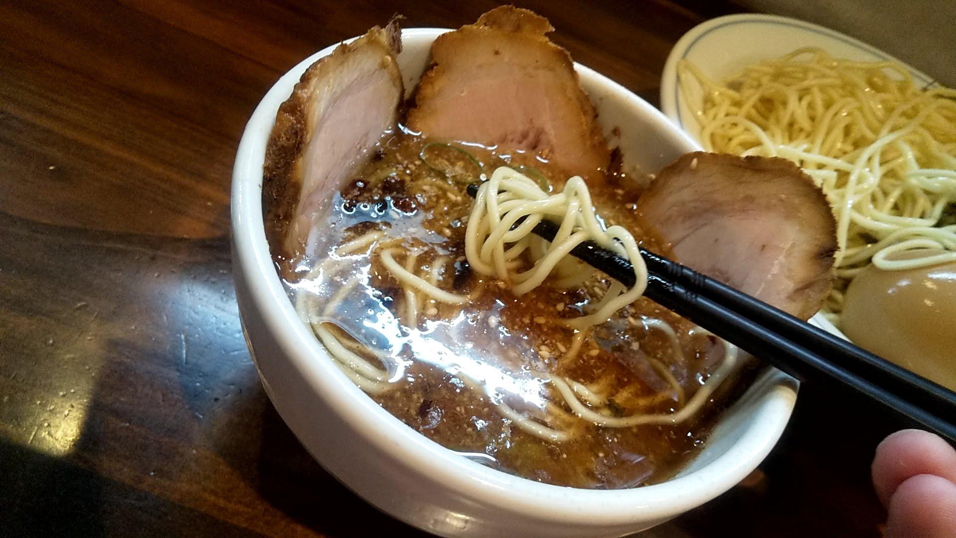むらさき山の紫つけ麺の麺リフト