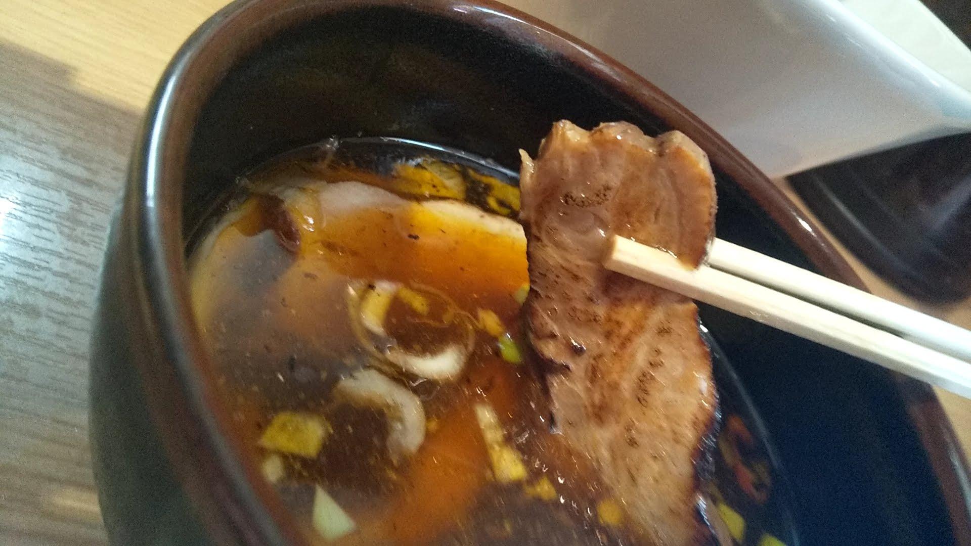 中華そば光のピリ辛つけ麺のチャーシューリフト