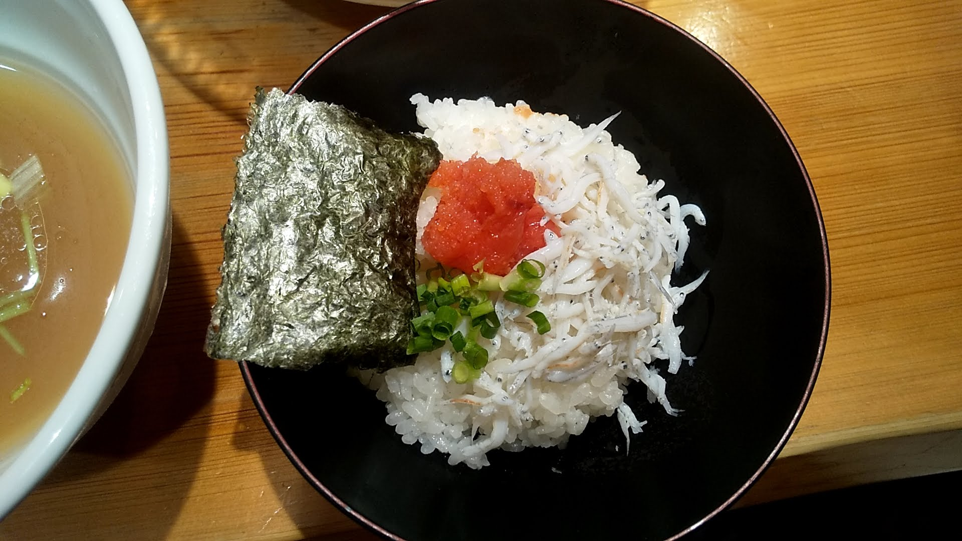 たかはし上野店のしじみ貝の冷たい昆布水つけ麺のセットのしらすご飯