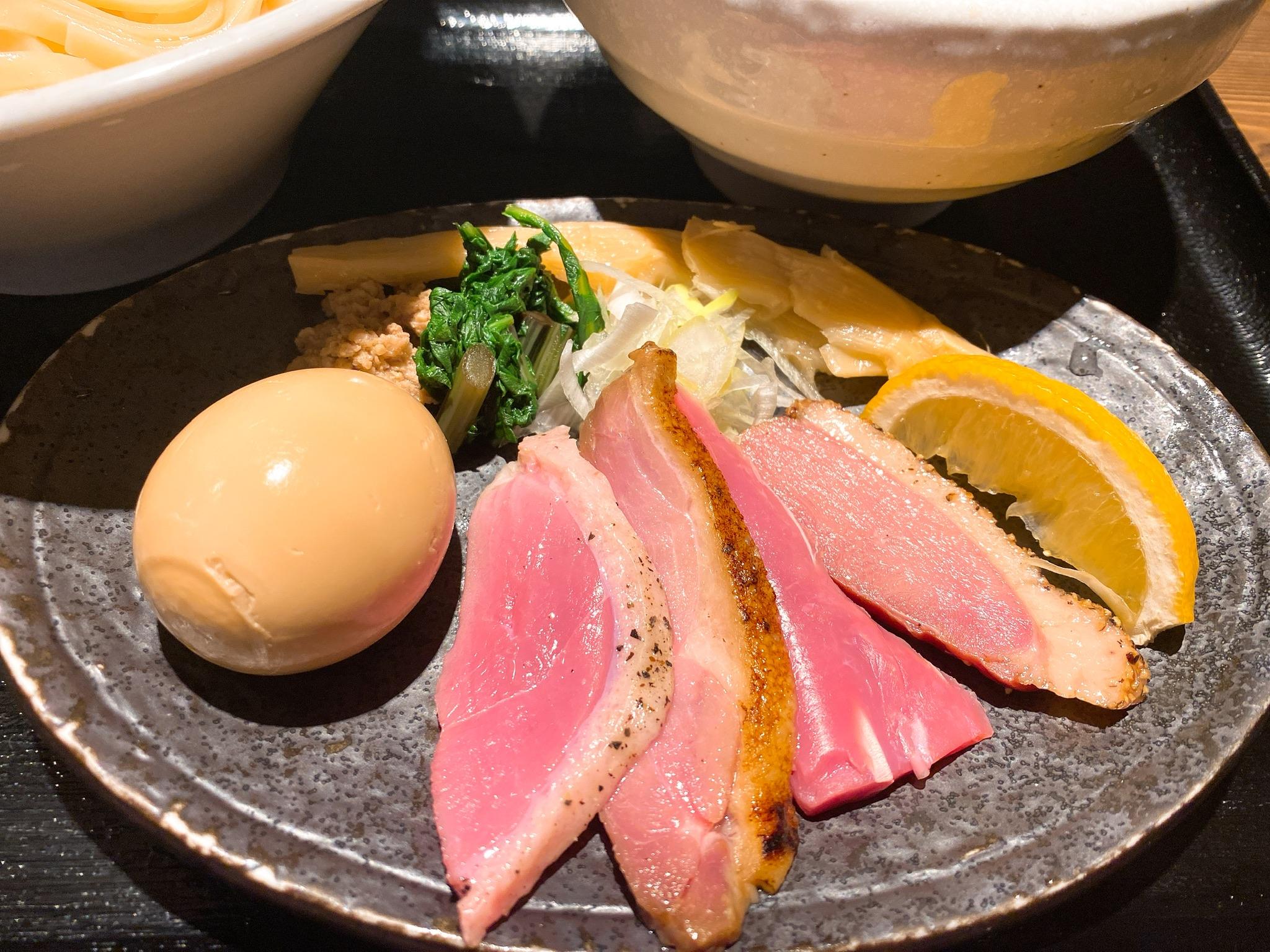 麺屋yoshikiの特製鴨出汁つけそばのトッピングの写真