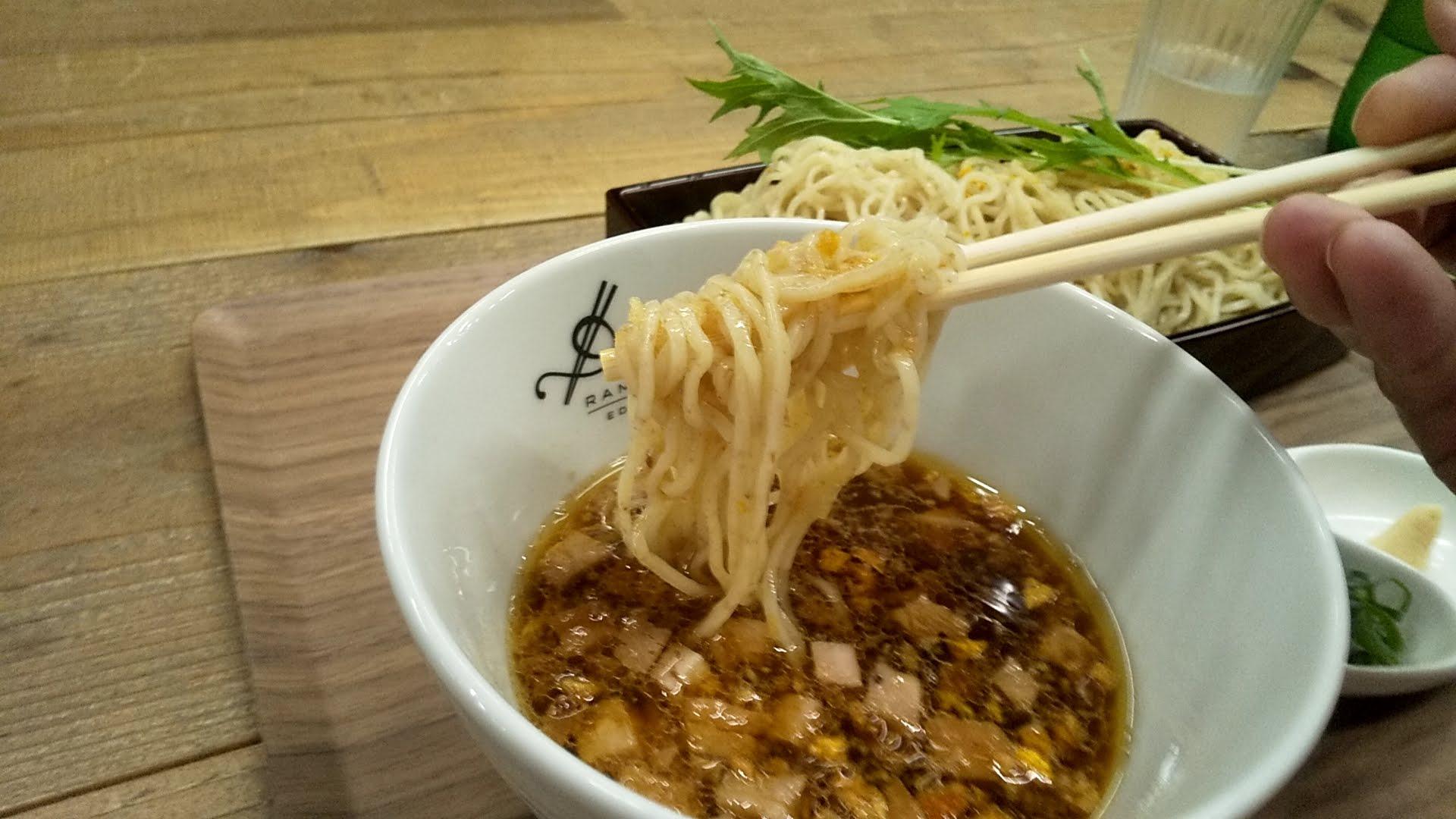 RamenドゥエEdoJapanの果実酢のせいろつけ麺の麺リフト