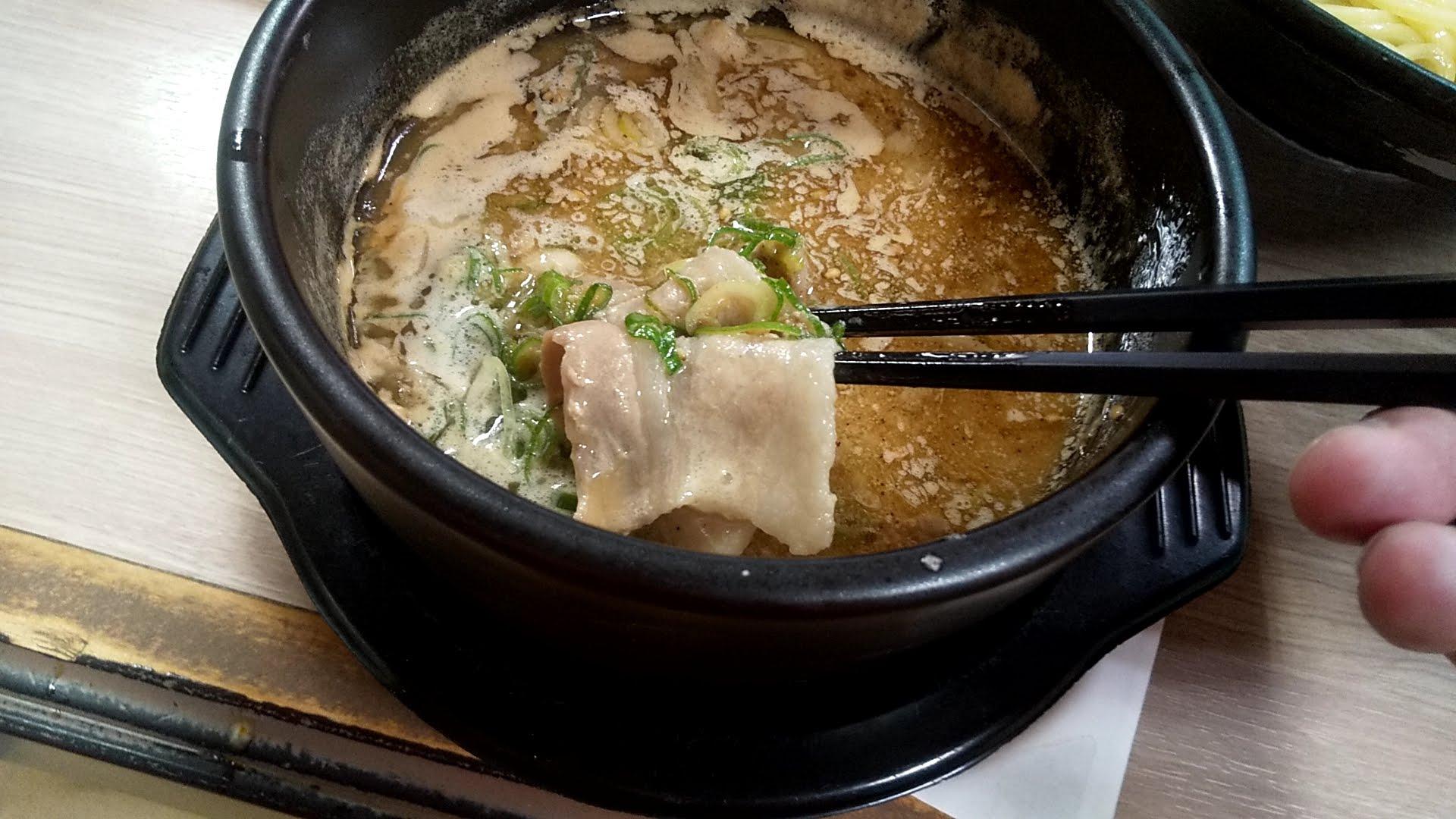 越後つけ麺維新の特製かつおつけ麺のつけ汁の中の豚バラ肉