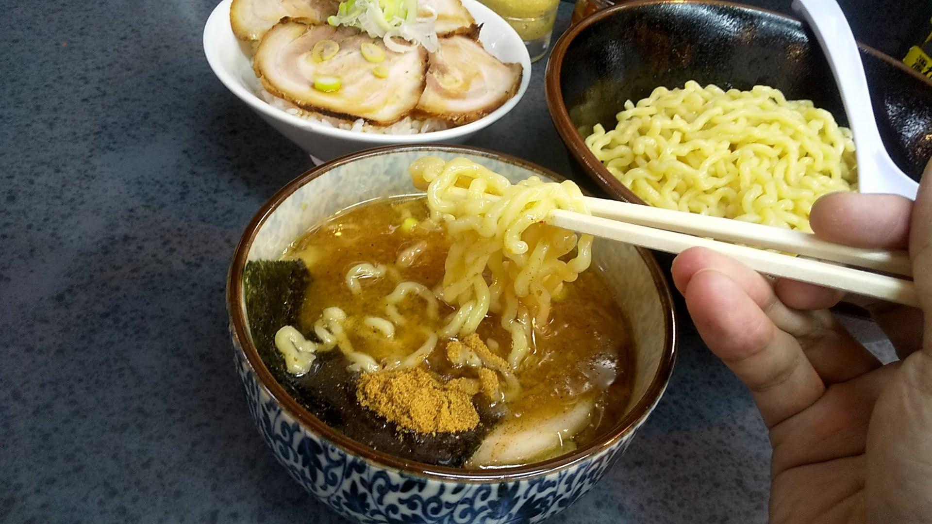 ハッスルラーメンホンマ亀戸店のもりつけ麺の麺リフト写真