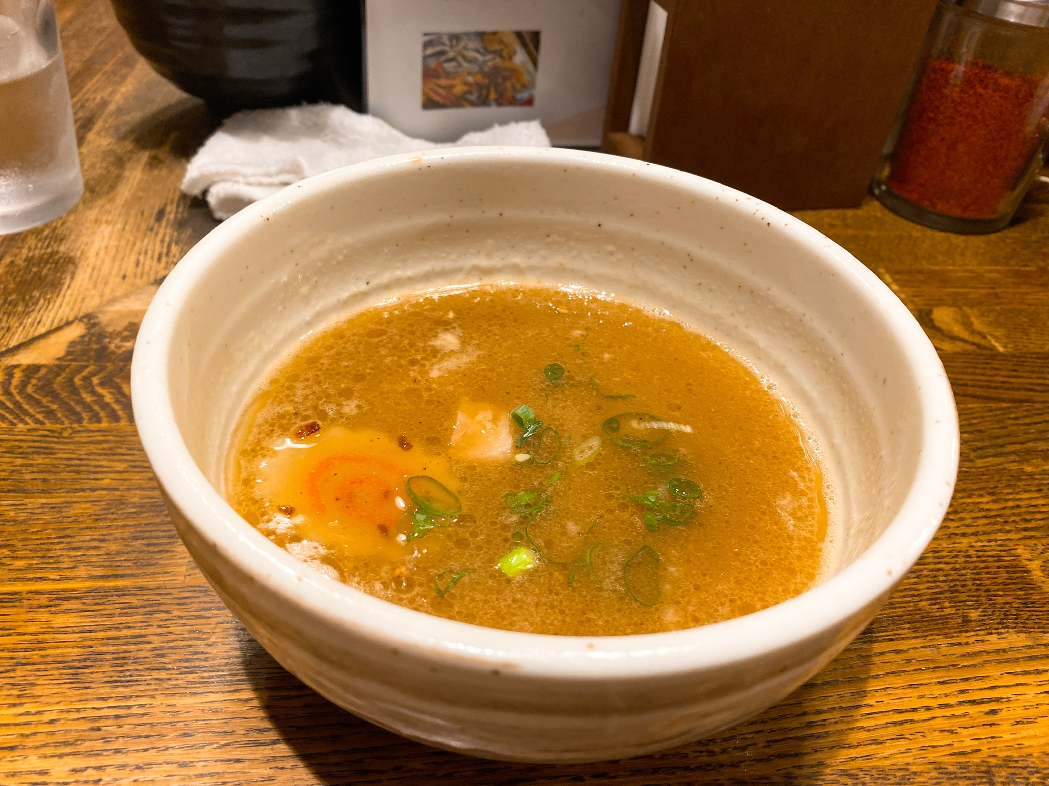 麺屋藤しろの鶏白湯味玉つけ麺のスープの写真