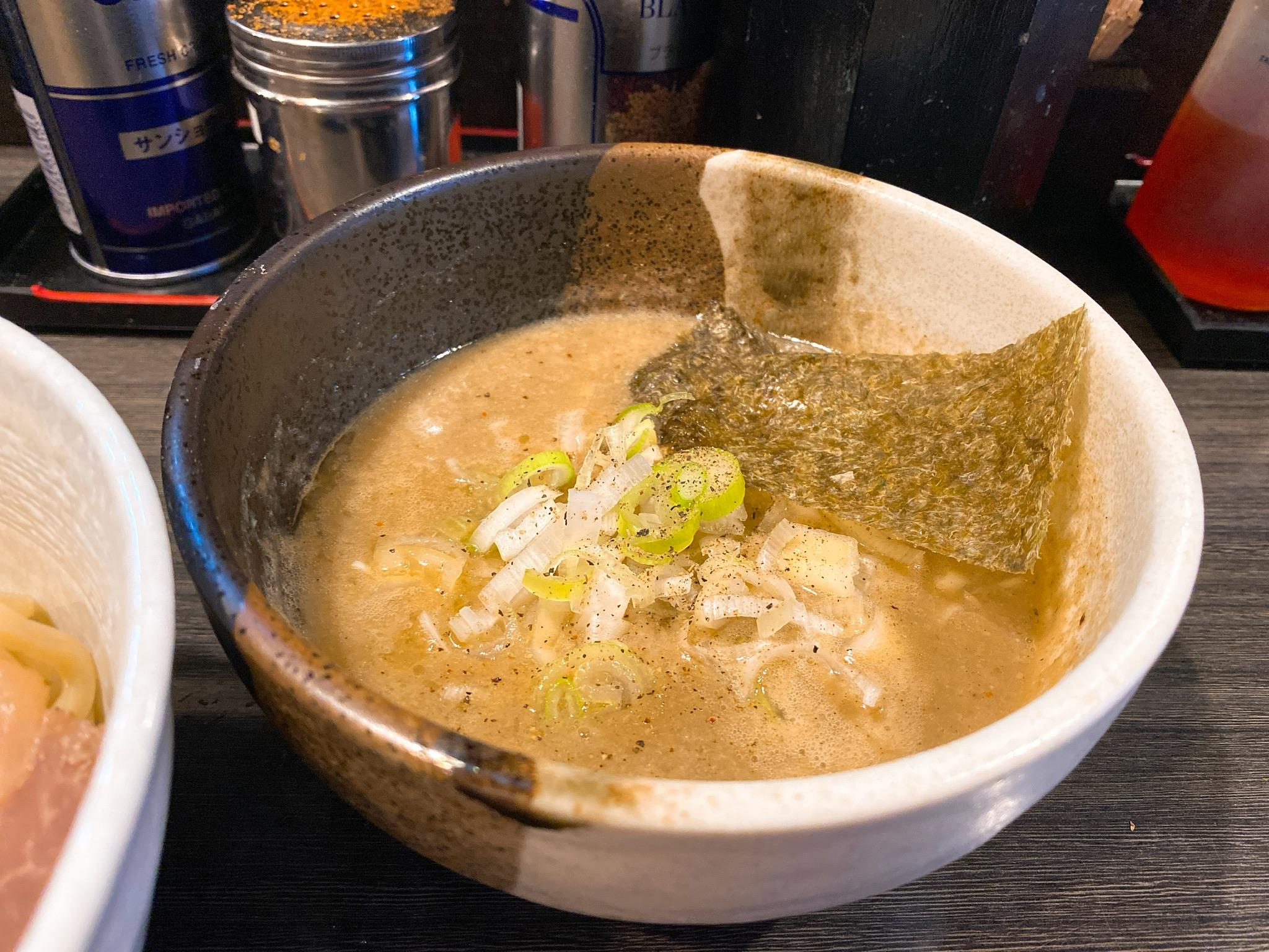 つけ麺陽の鶏と帆立の濃厚塩つけ麺のスープの写真