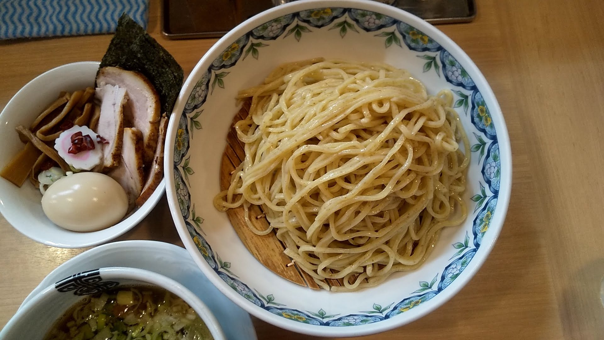 多賀野の特製つけ麺の麺皿とトッピングの写真