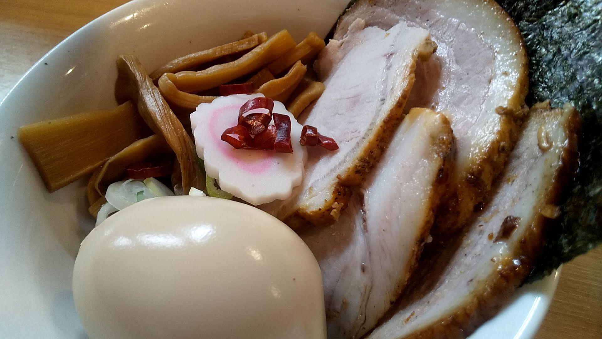 多賀野の特製つけ麺のトッピング皿アップの写真