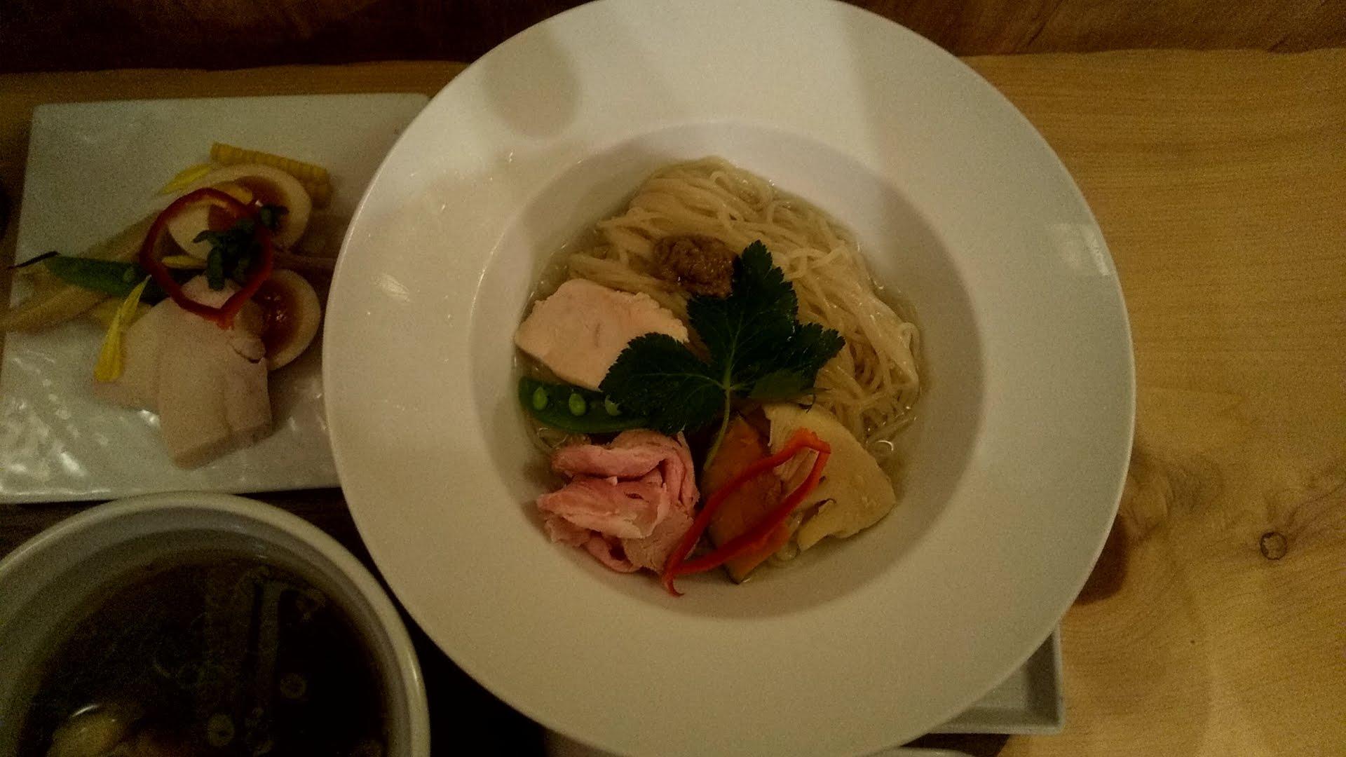 銀座篝の鶏とボルチーニ茸の醤油つけSobaの麺皿写真