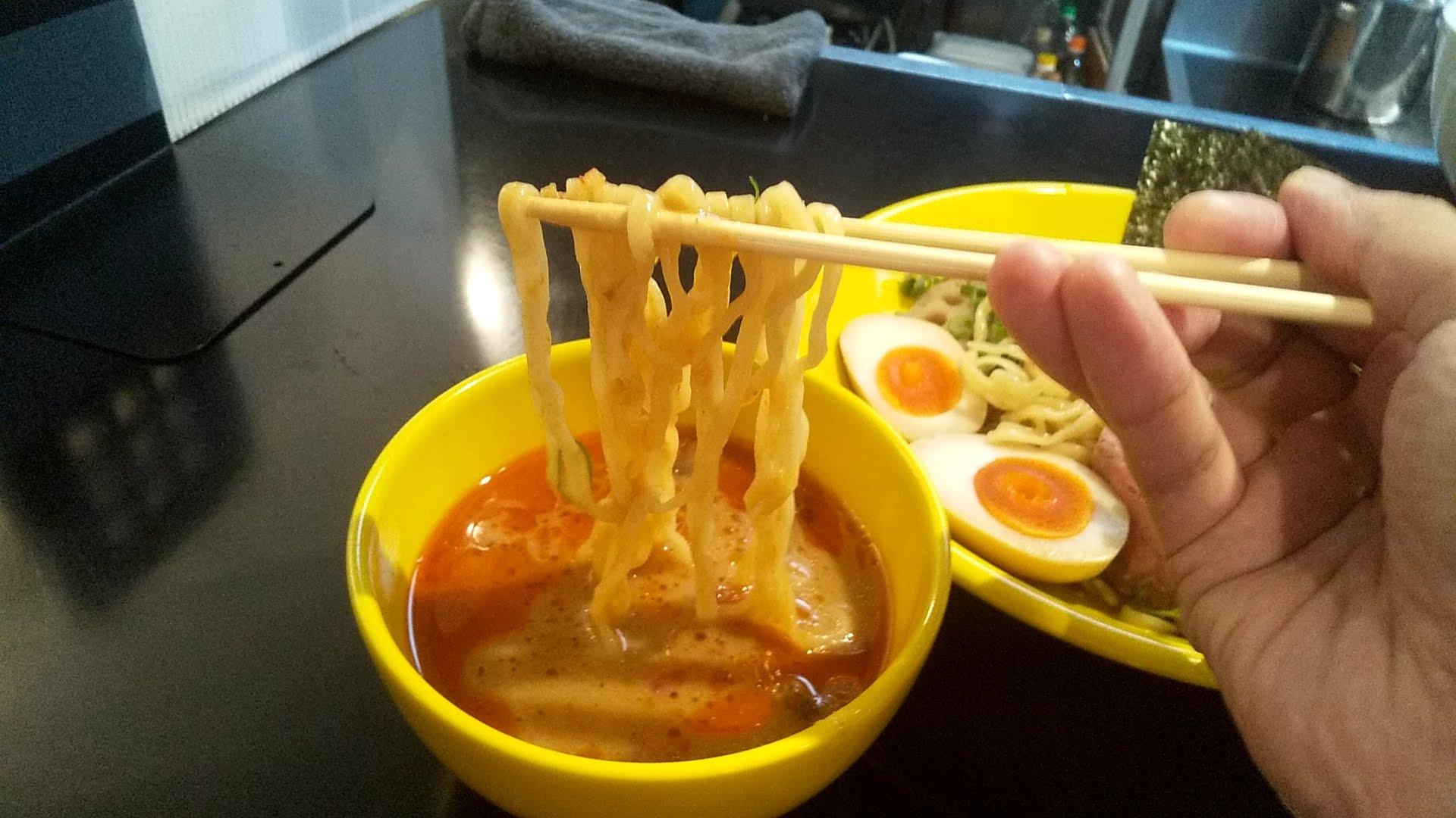 みそ味専門マタドールの贅沢濃厚味噌つけ麺の麺リフト写真