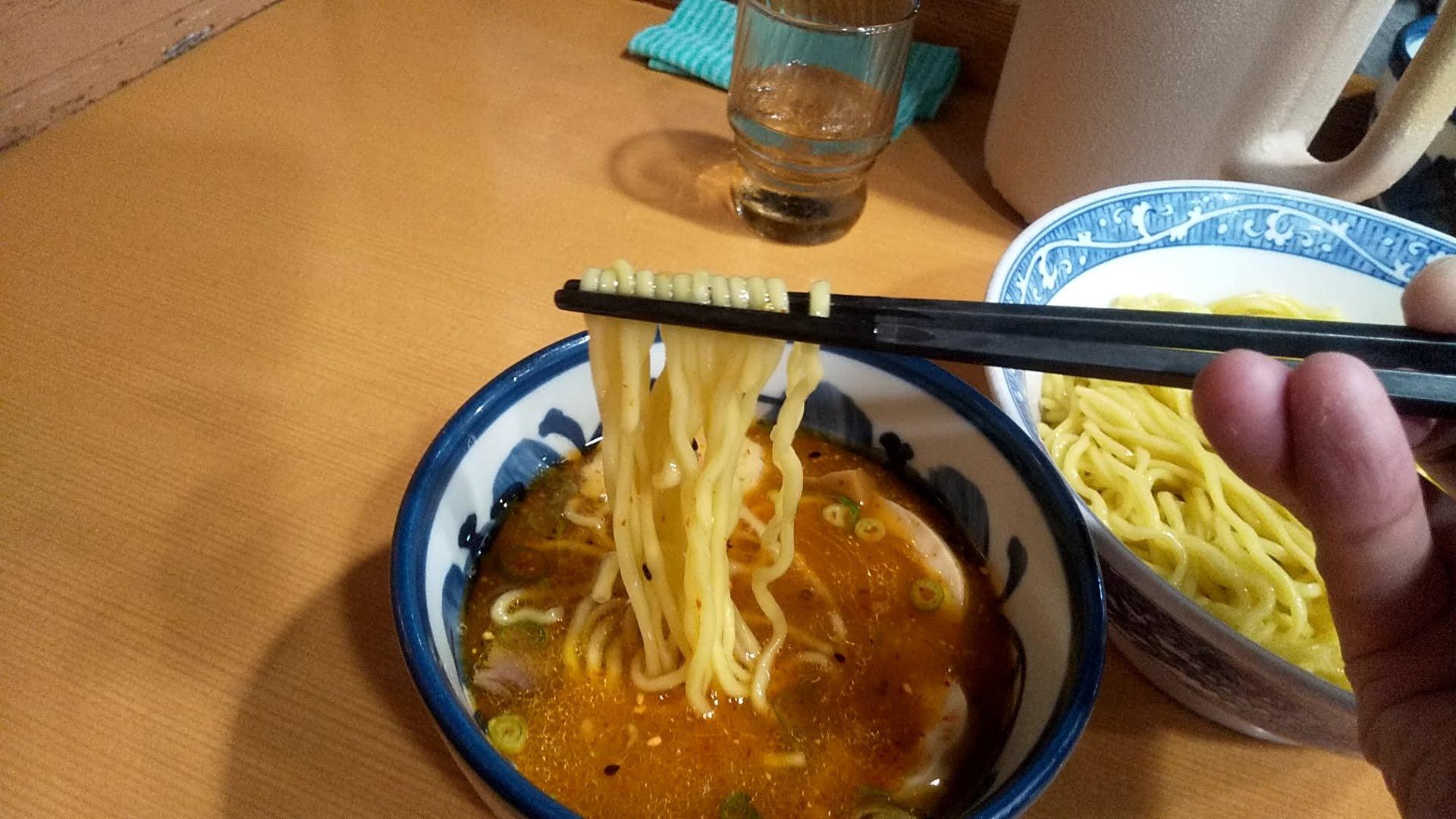 中華そば青葉本店の特製つけ麺の麺リフト写真