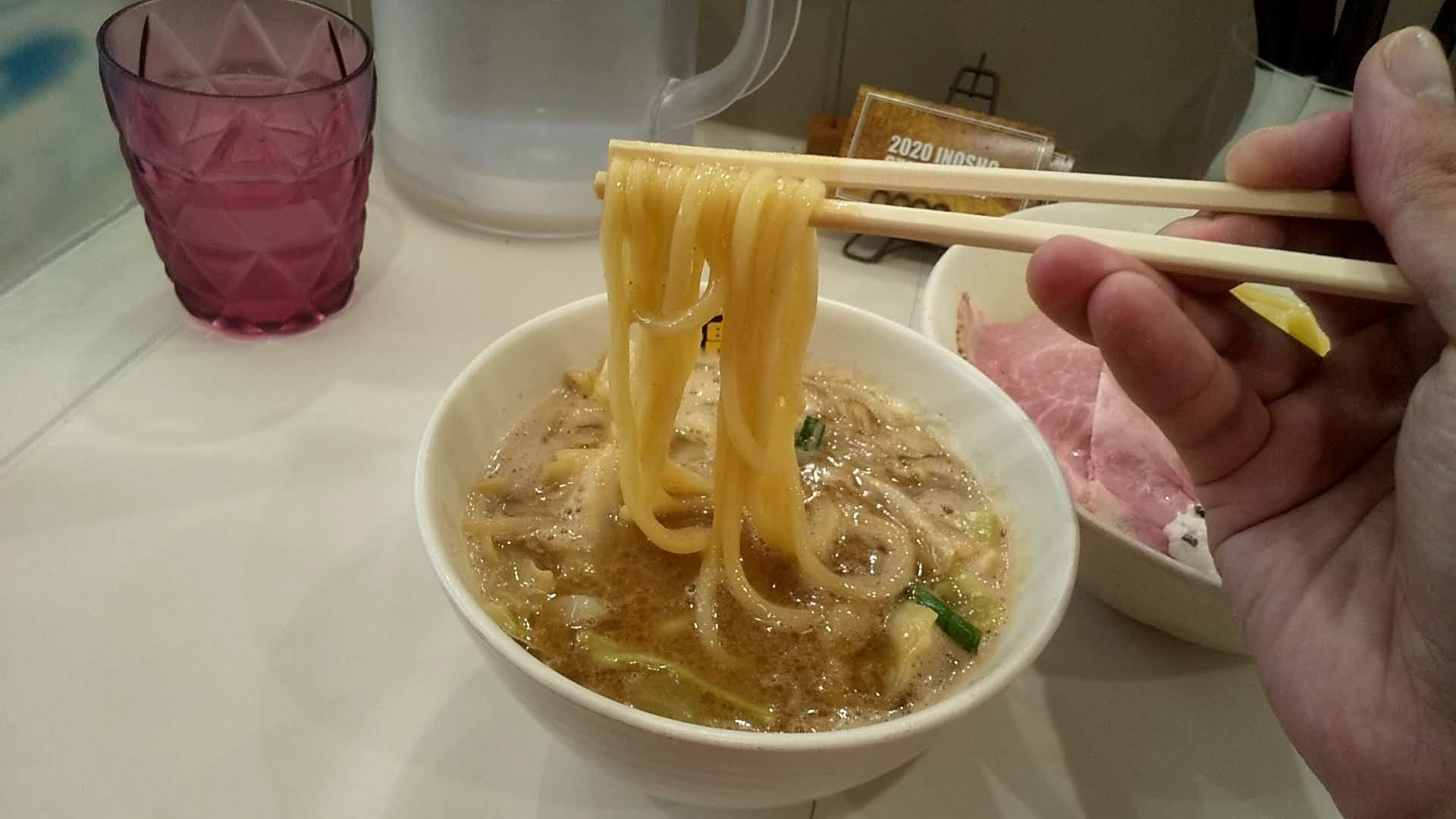 濃菜麺井の庄のつけめんの麺リフト写真