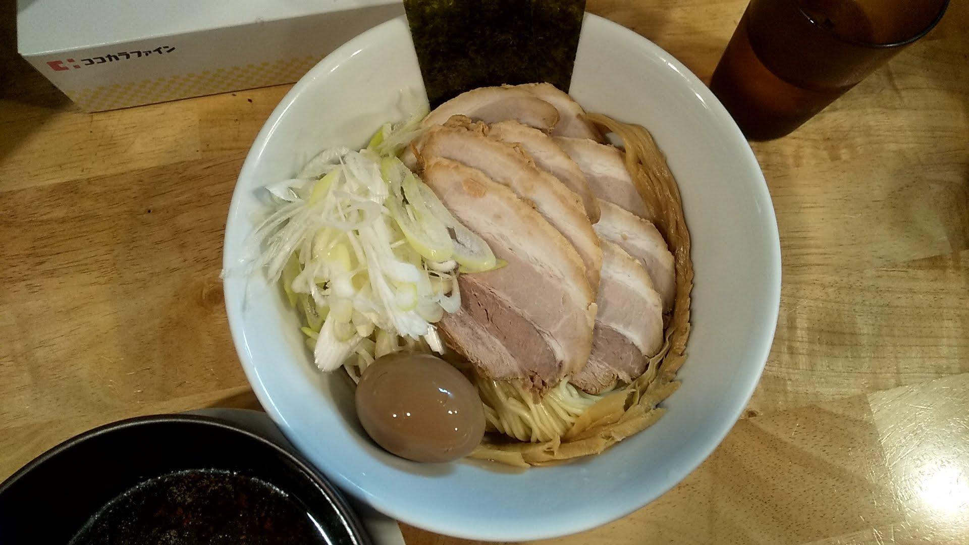 うめ川のつけ麺味玉チャーシュートッピングの麺皿