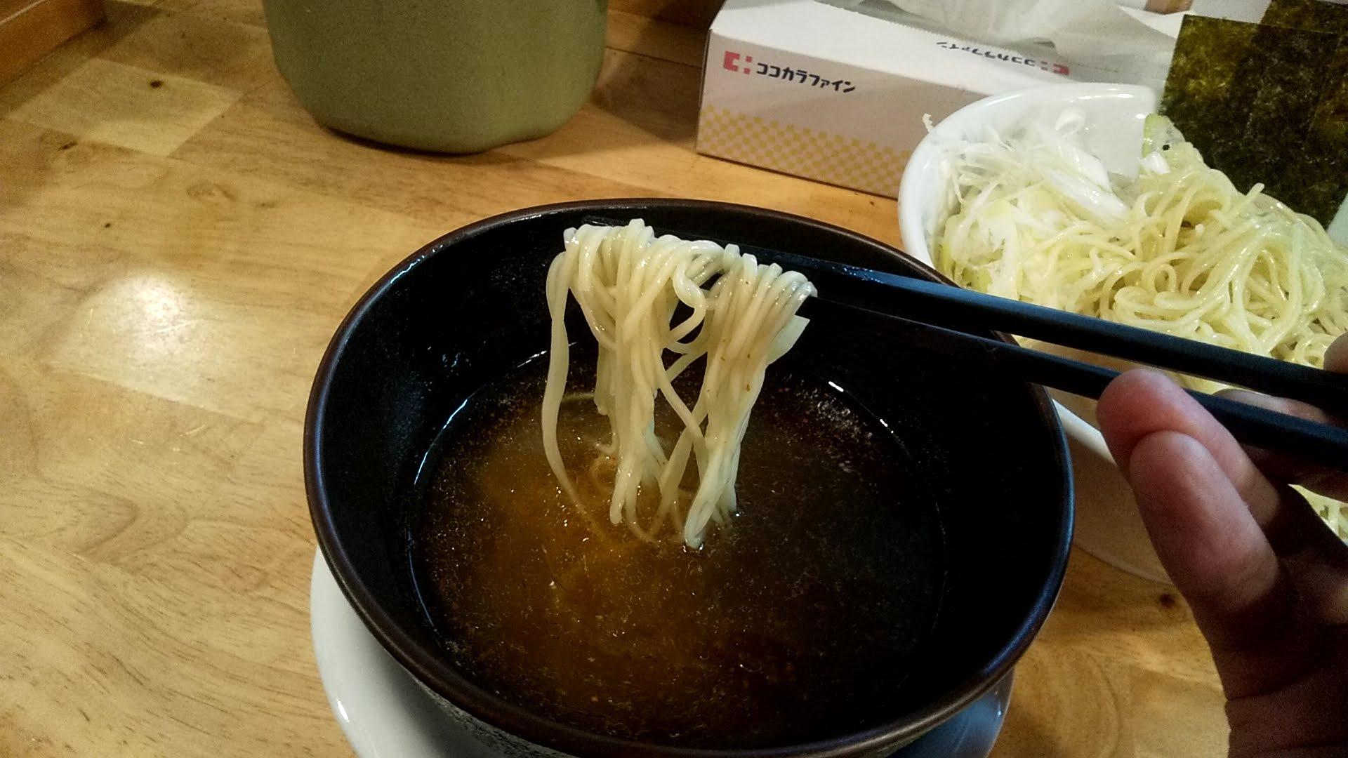 うめ川のつけ麺味玉チャーシュートッピングの麺リフト写真