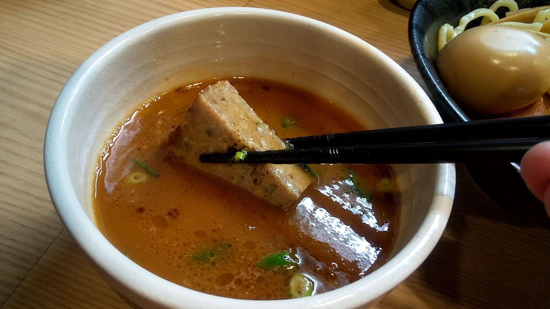 麺屋海道の特製海老つけ麺のつくねアップ写真