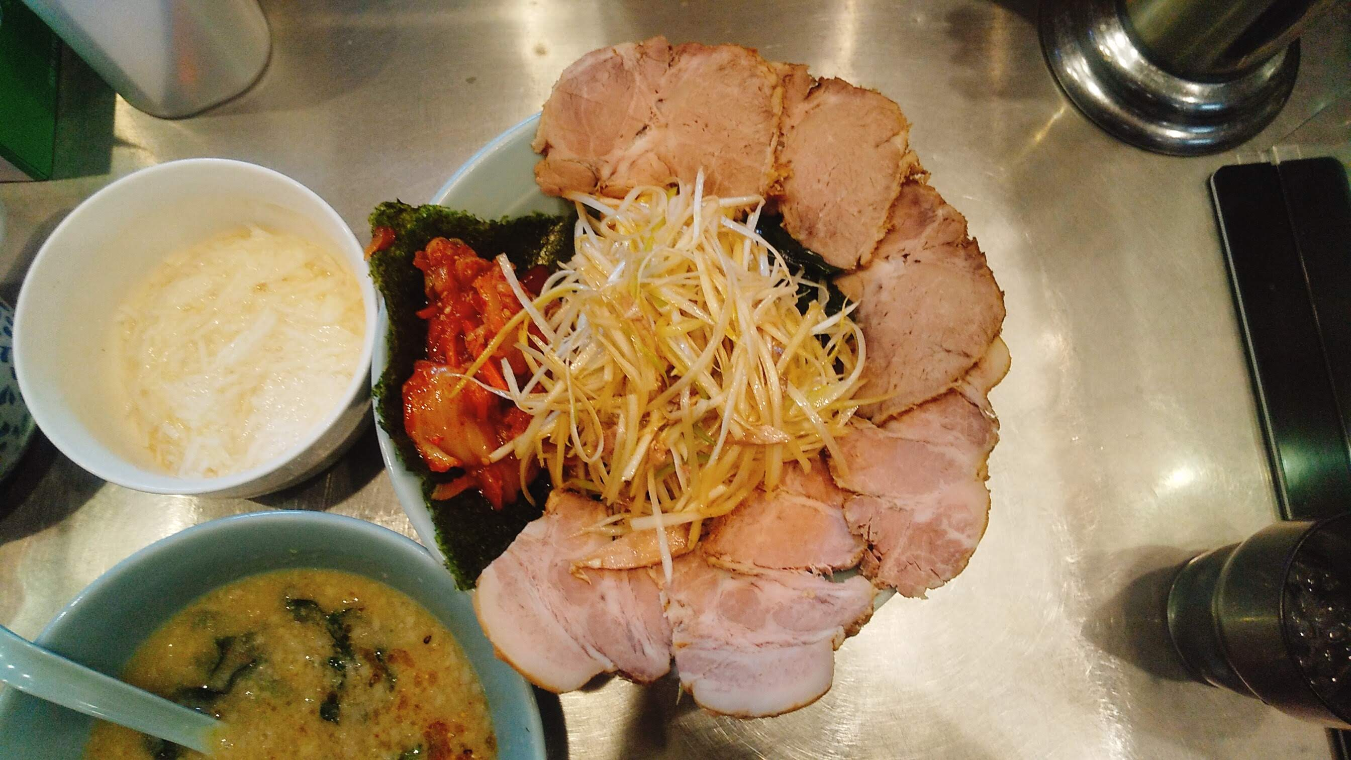 ラーメンショップ新守谷店のネギトロチャーシューキムチつけ麺の麺皿の写真
