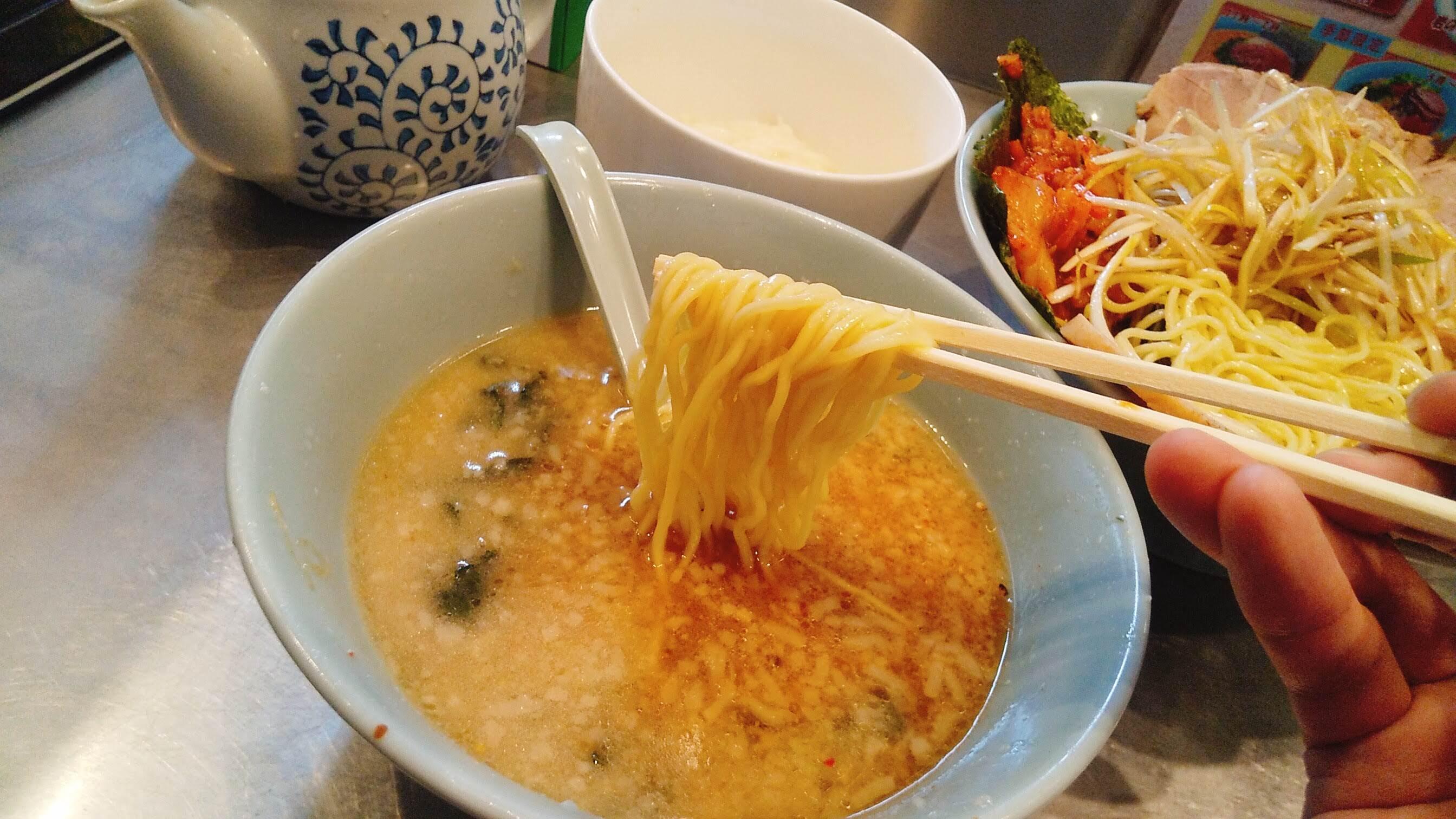 ラーメンショップ新守谷店のネギトロチャーシューキムチつけ麺の麺リフト写真
