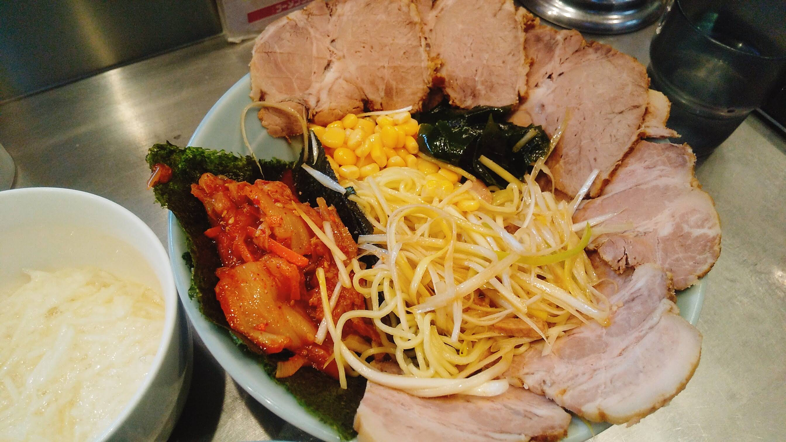 ラーメンショップ新守谷店のネギトロチャーシューキムチつけ麺の麺皿の中の写真