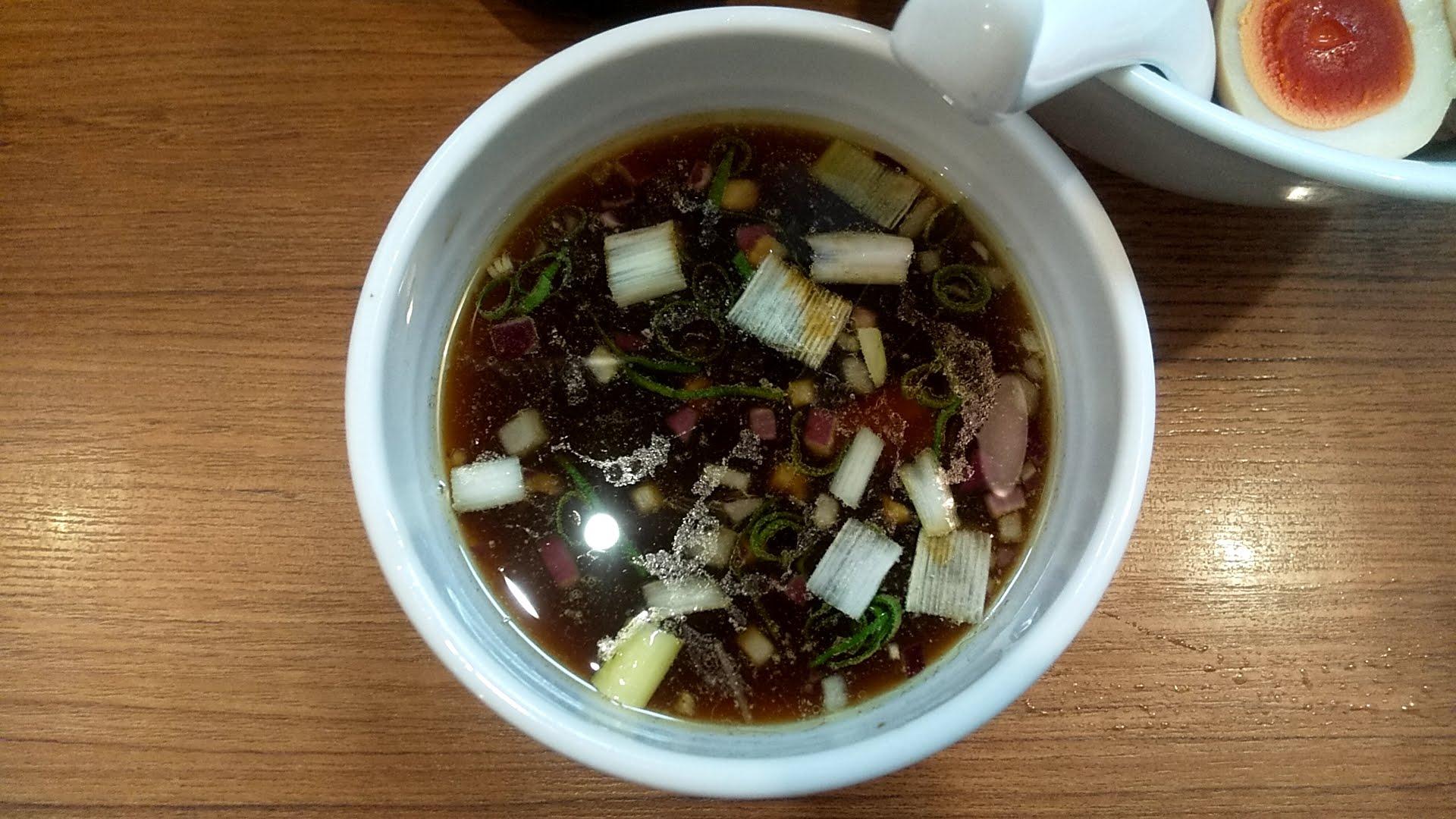 鶏そば煮干そば花山の特製つけ麺のつけ汁の写真