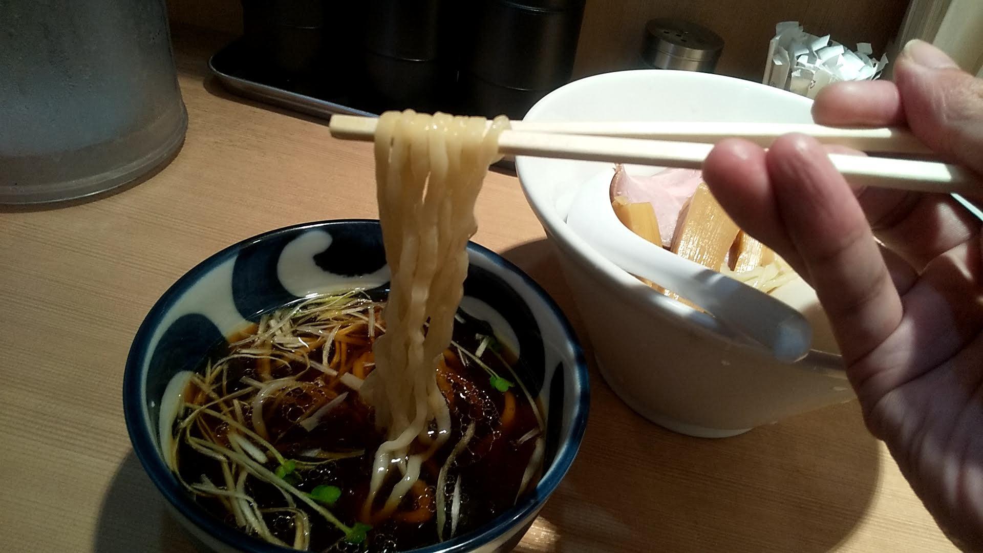 中華そばます田の特製つけ麺の麺リフト写真