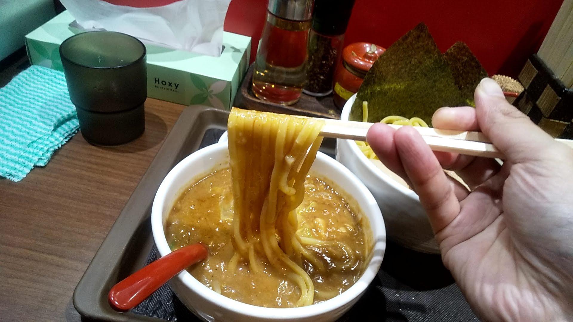 らーめん蓮の特製味噌つけめんの麺リフト写真