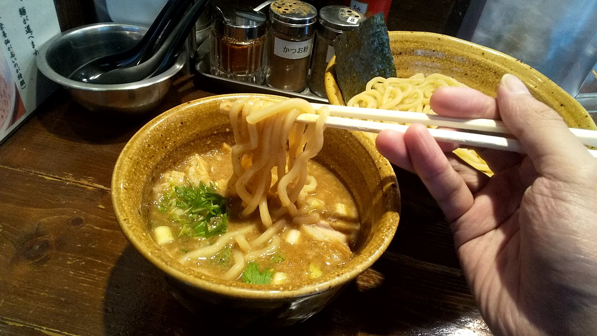 二代目えん寺のベジポタ味玉肉増し煮干しじめつけ麺の麺リフト写真