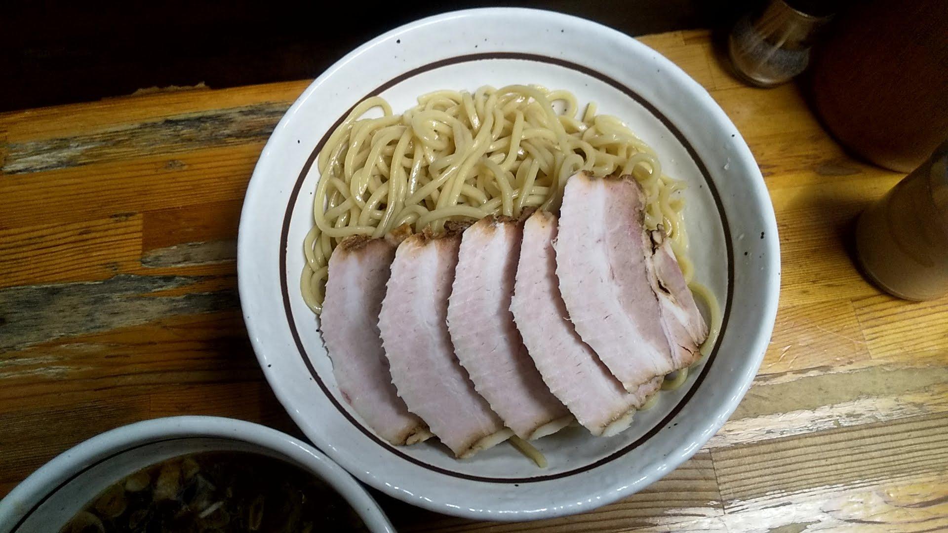 中華そばつけめん甲斐の味玉チャーシューつけ麺の麺皿写真