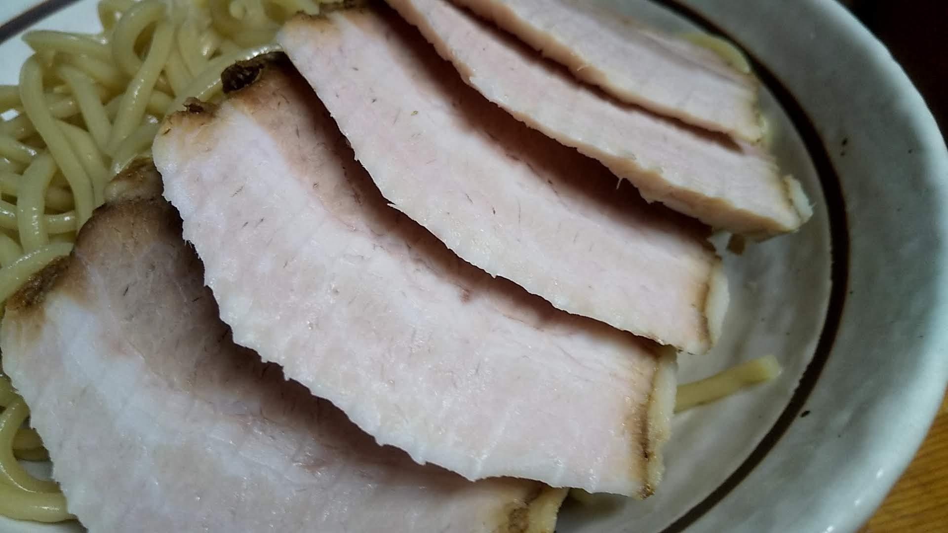 中華そばつけめん甲斐の味玉チャーシューつけ麺のチャーシューアップ写真