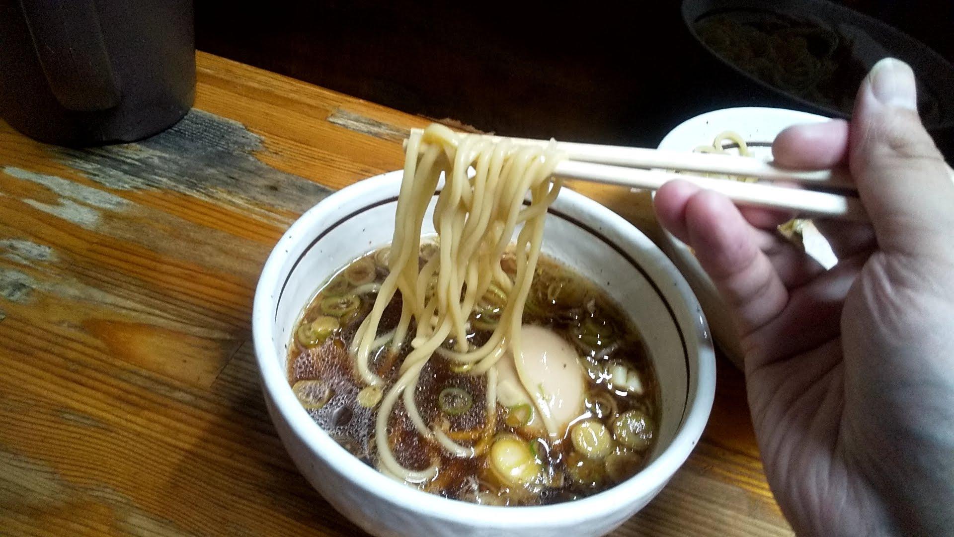 中華そばつけめん甲斐の味玉チャーシューつけ麺の麺リフト写真