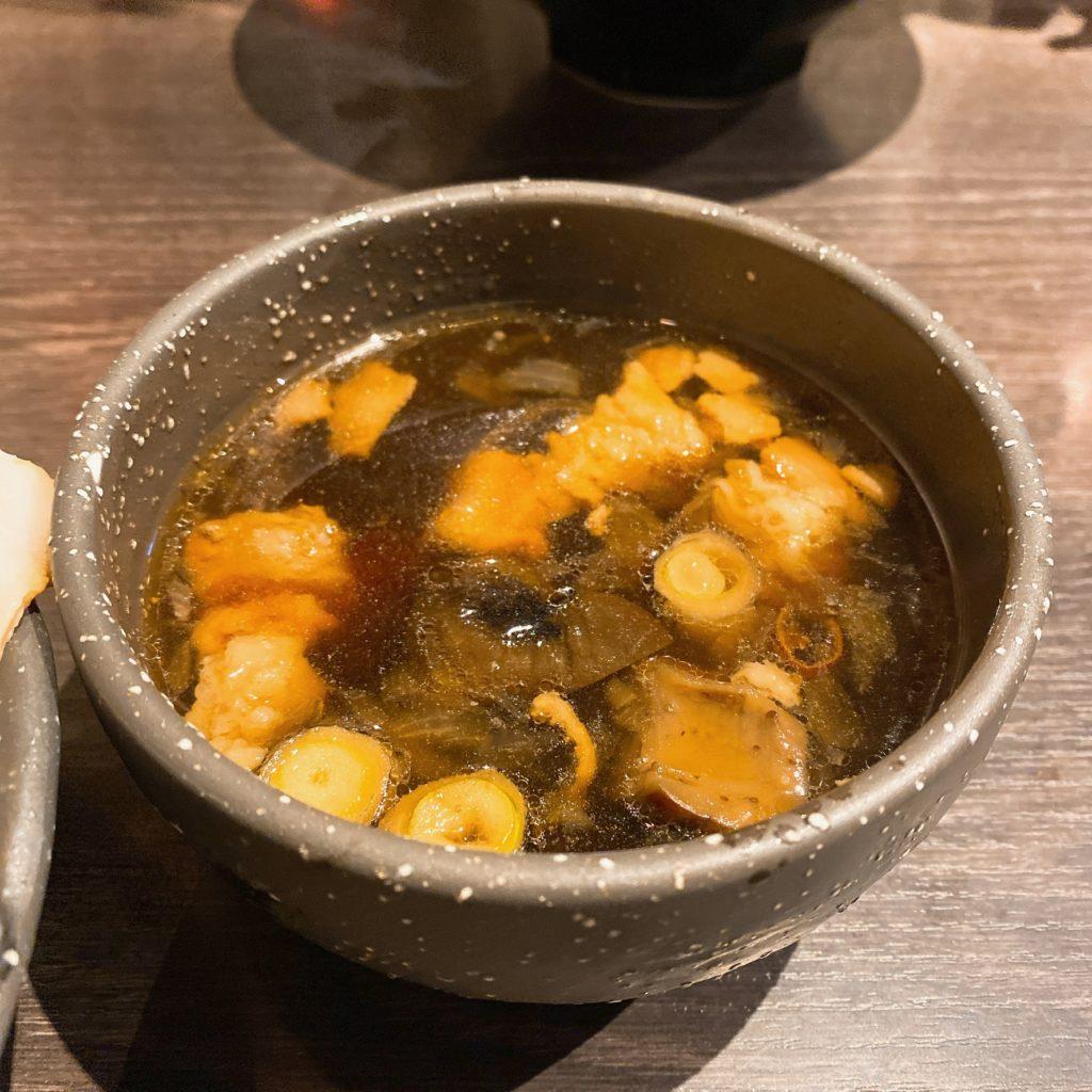 麺やむこうぶちのスープ