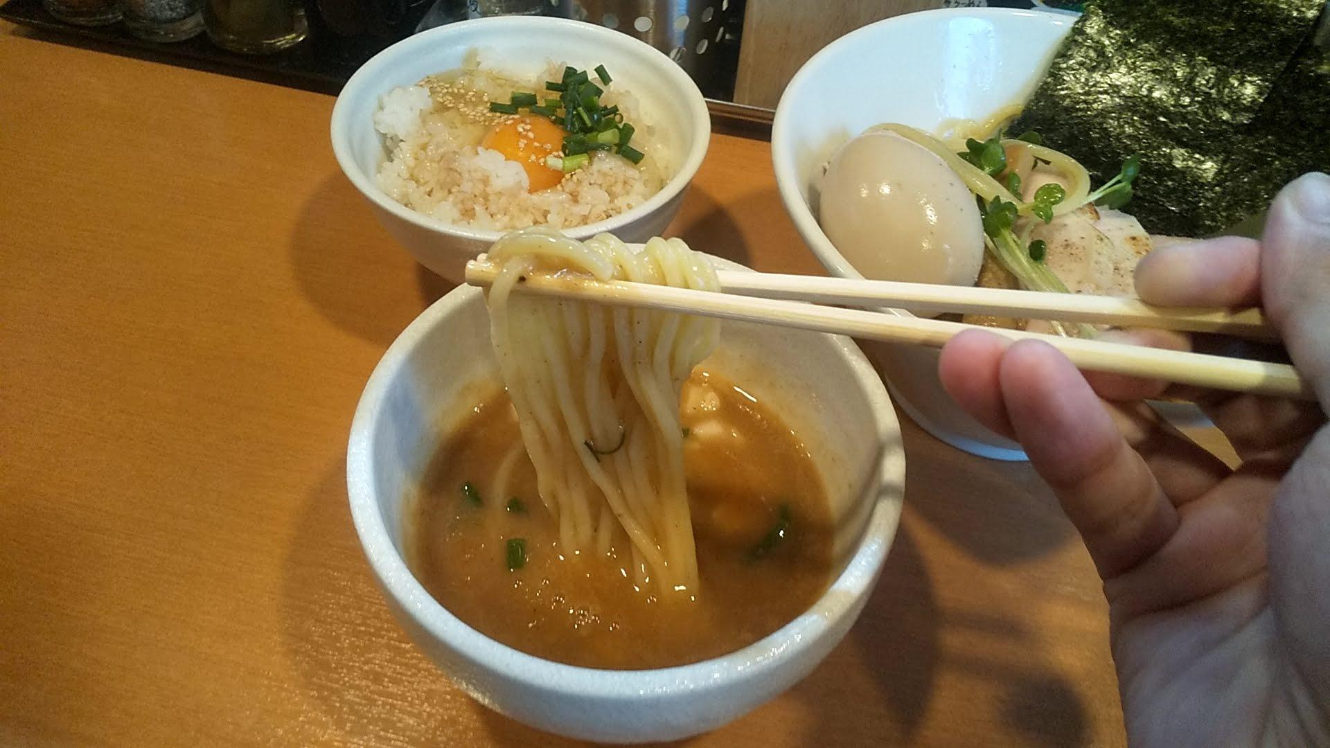 らーめん志の特製つけ麺の麺リフト写真