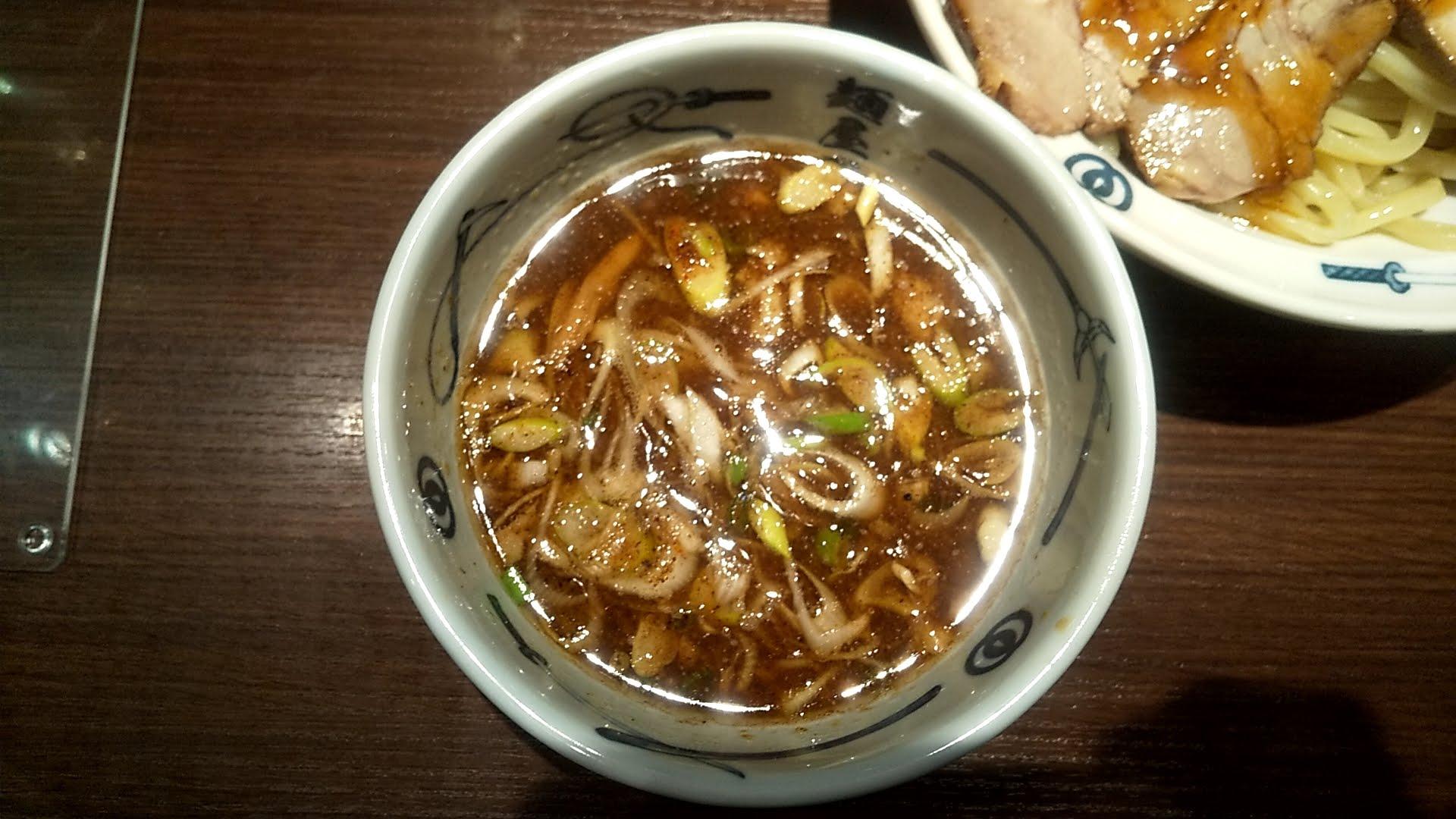 麺屋武蔵の味玉チャーシューつけ麺のつけ汁の写真