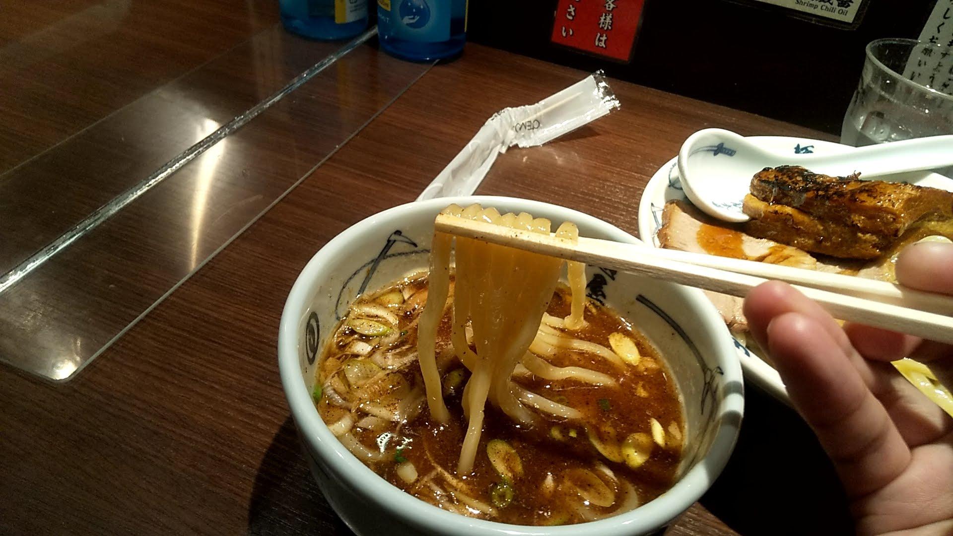 麺屋武蔵の味玉チャーシューつけ麺の麺リフト