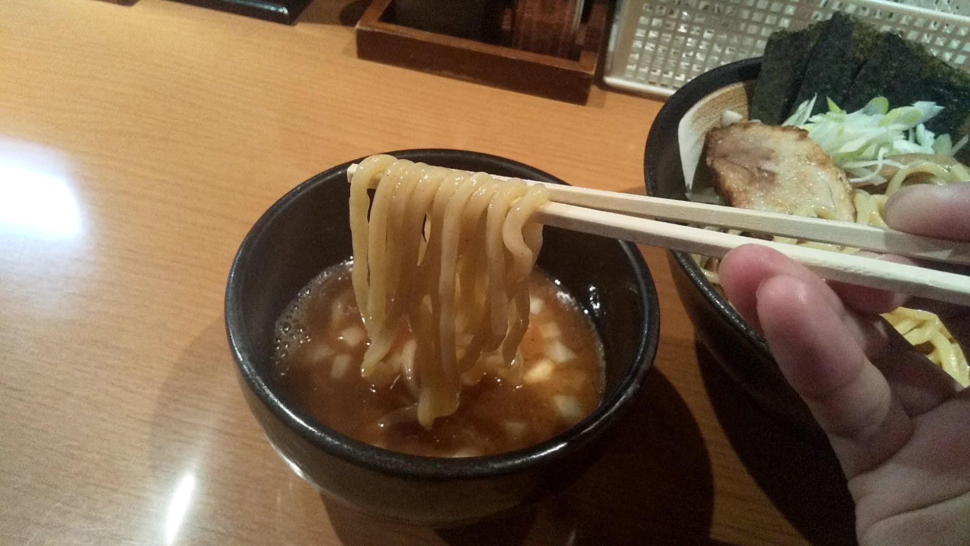 炙りの特製つけ麺の麺リフト写真