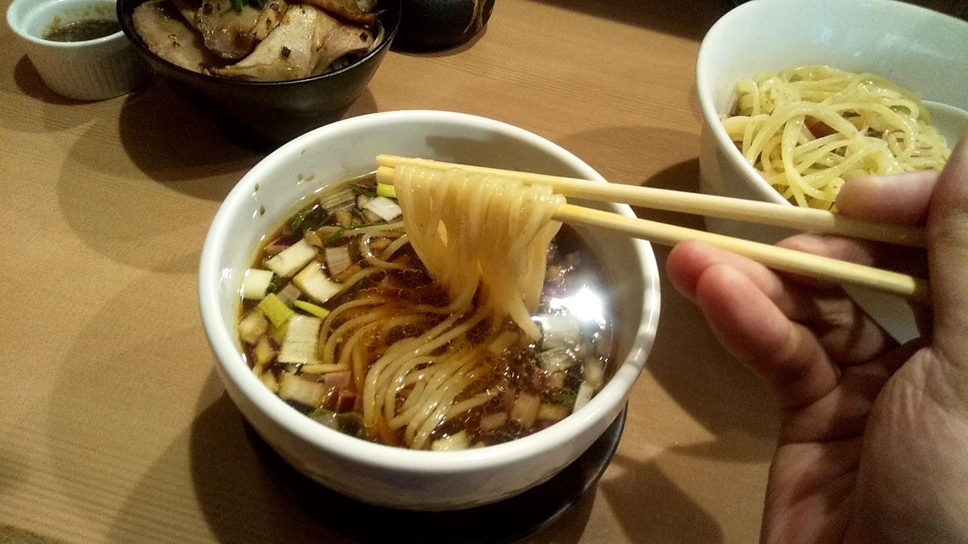 麺亭しま田の特製つけ麺の麺リフト写真