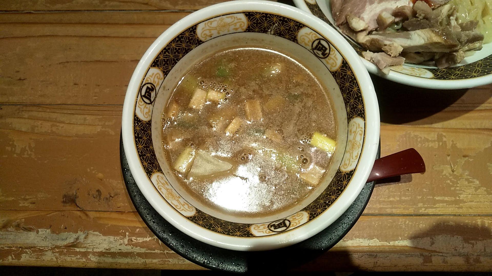 凪下北沢店の特製つけ麺のつけ汁の写真