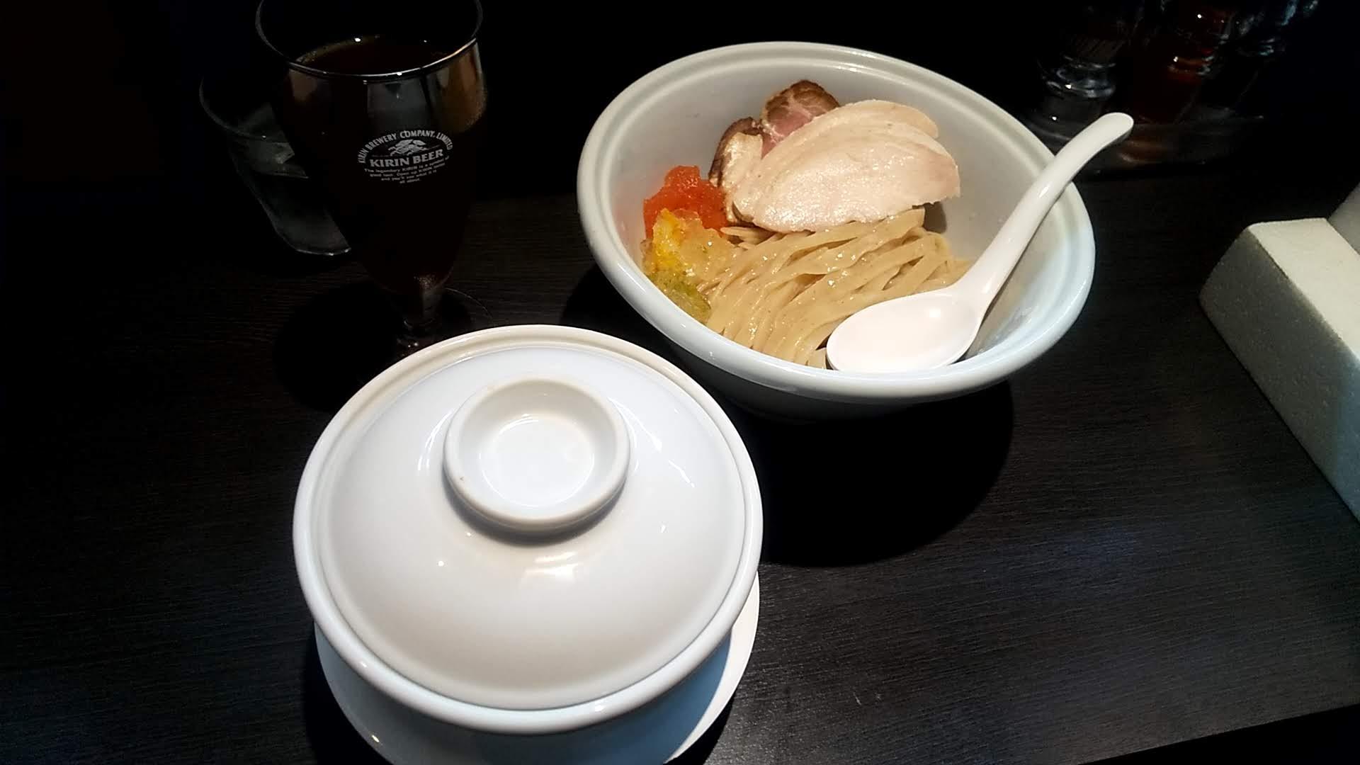 らーめん三極志の特製つけ麺(蓋を開ける前)の写真