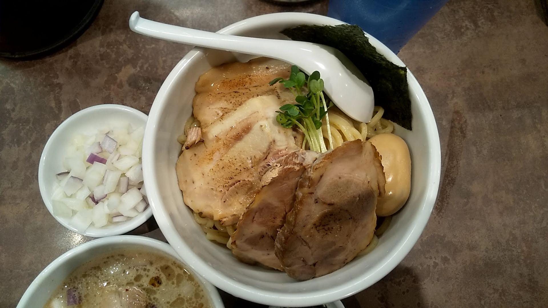 NOODLEVOICEの特製つけ麺の麺皿写真