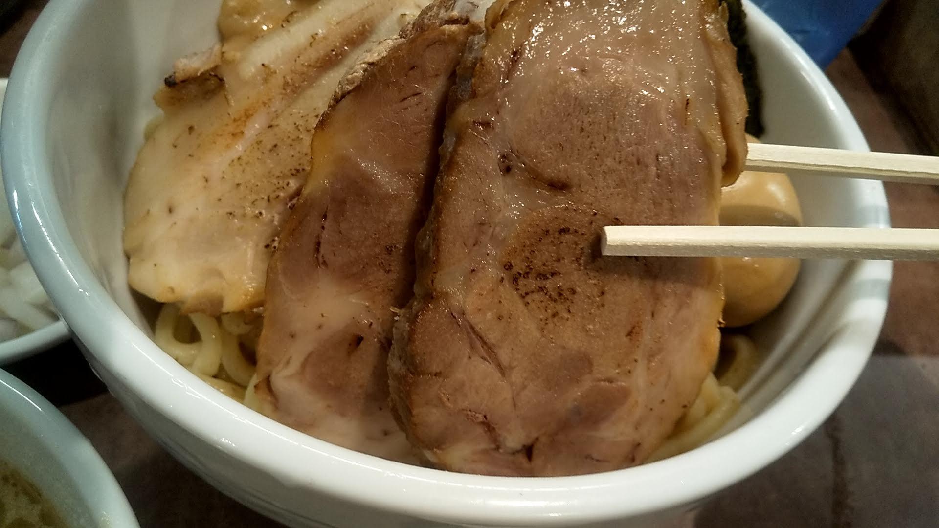 NOODLEVOICEの特製つけ麺のチャーシューアップの写真