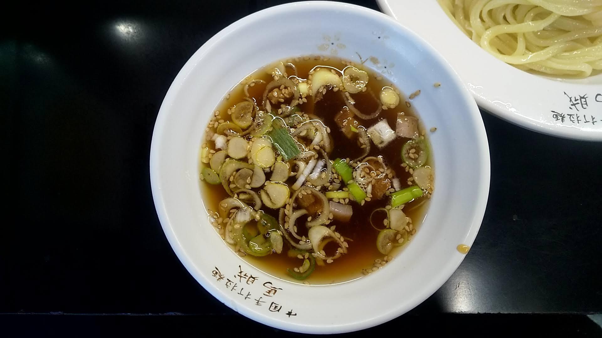 馬賊のつけ麺のつけ汁の写真