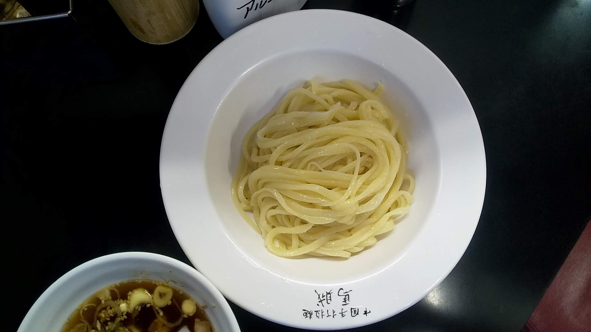 馬賊のつけ麺の麺皿の写真