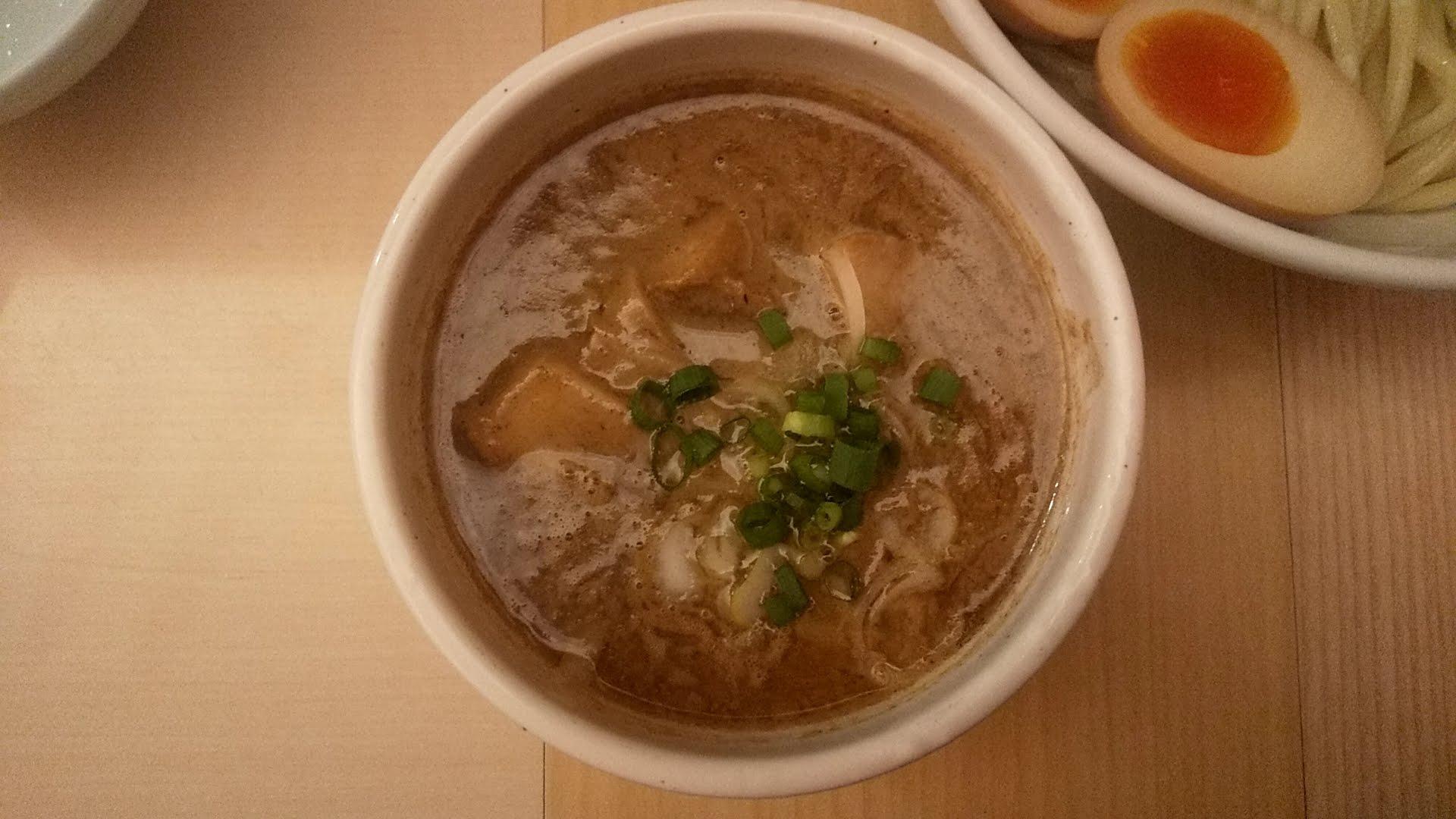 つけそば周の特製つけ麺(小)のつけ汁の写真