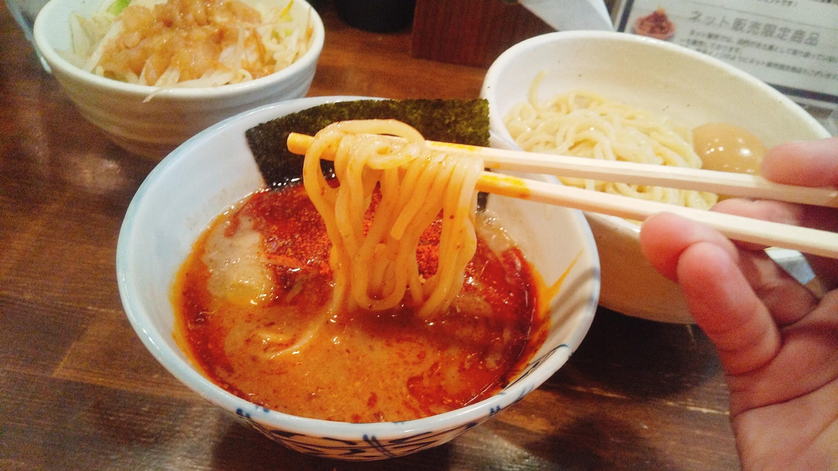 麺処 井の庄の味玉辛辛魚つけ麺の麺リフト