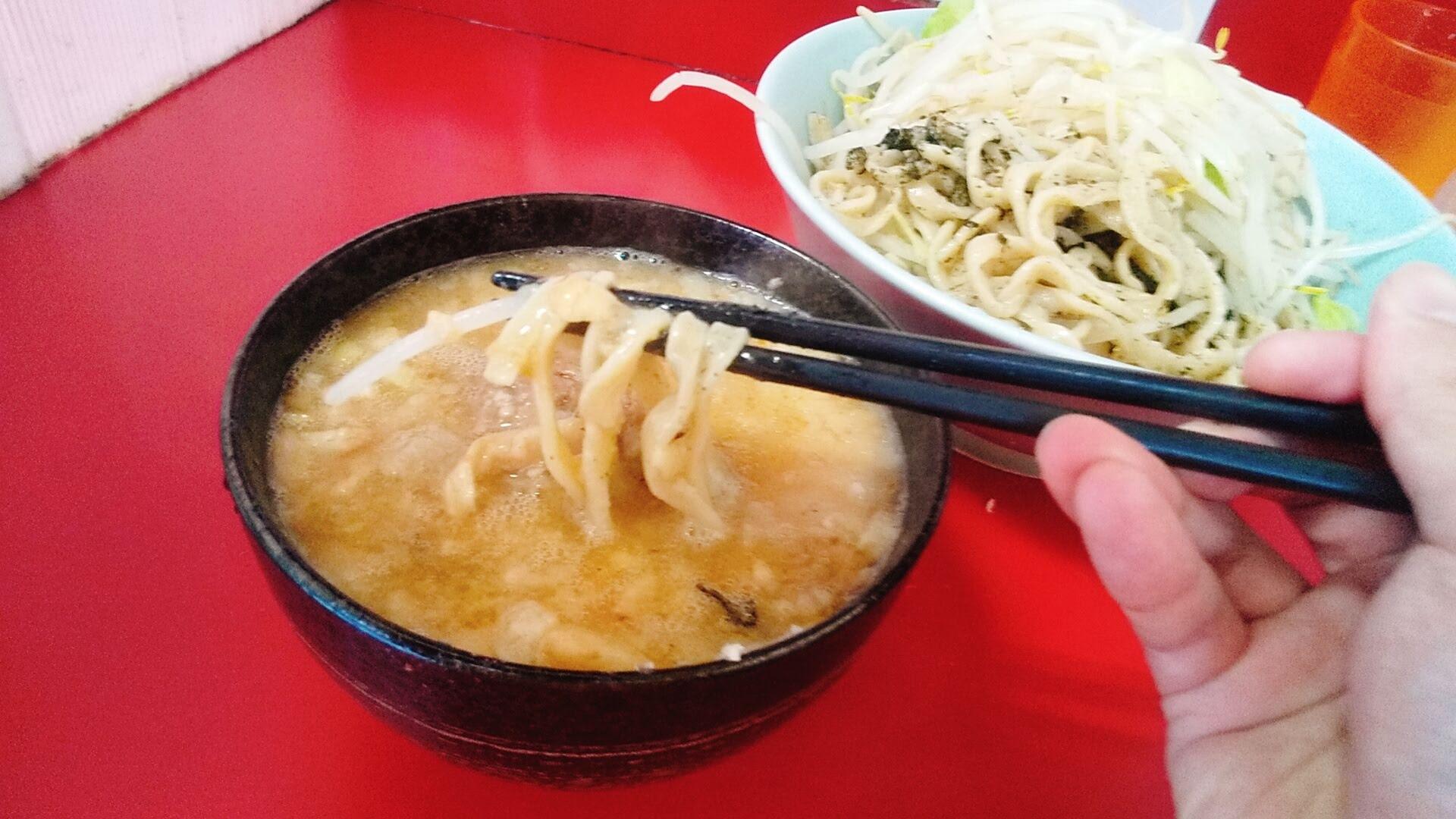 ラーメン二郎新宿歌舞伎町店のつけ麺全マシの麺リフト