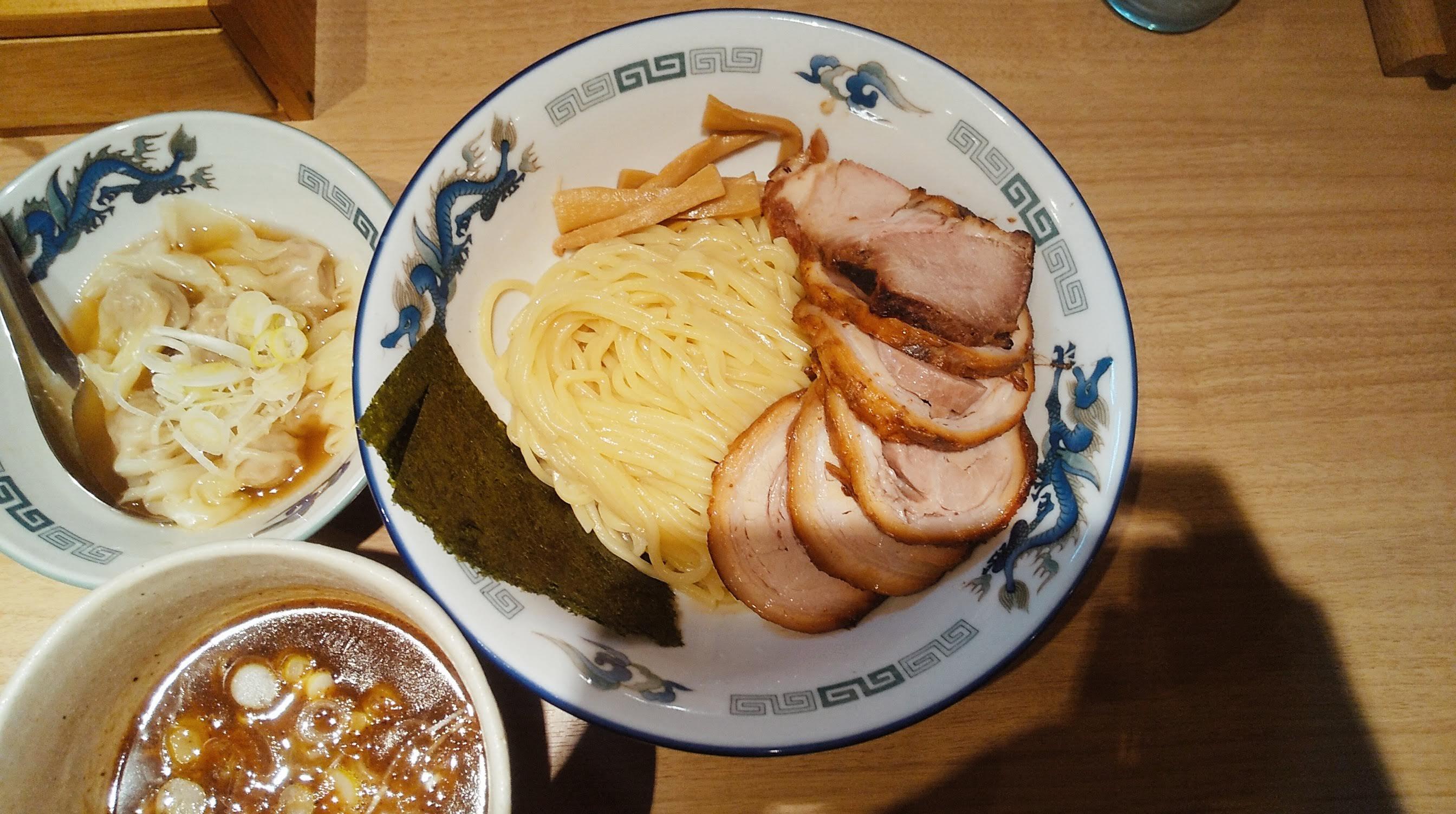 タナカタロウのチャーシューワンタンつけ麺の麺皿の写真