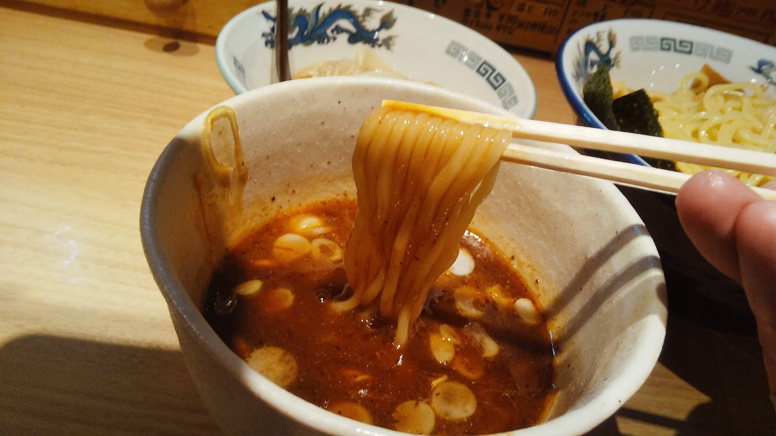 タナカタロウのチャーシューワンタンつけ麺の麺リフト写真