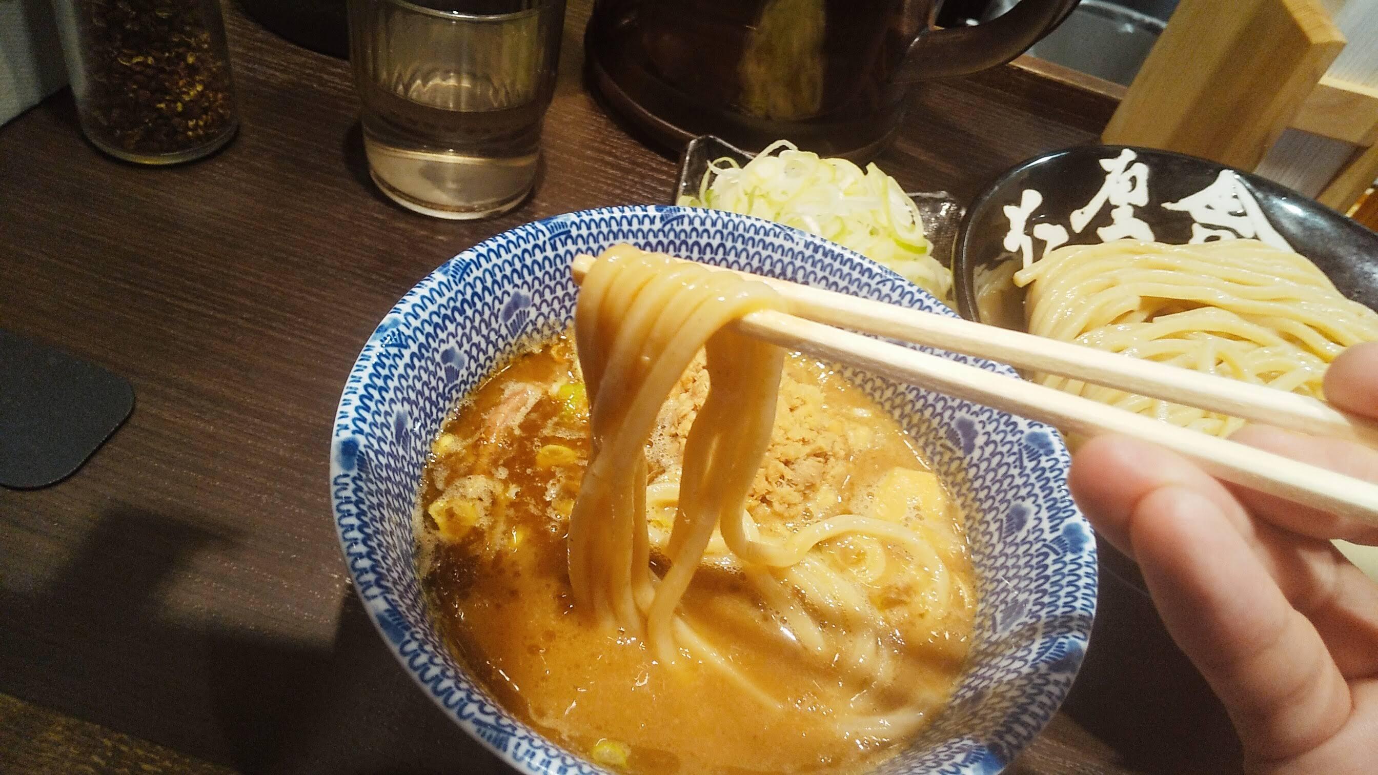 六厘舎上野店のつけ麺痺れの麺リフト写真