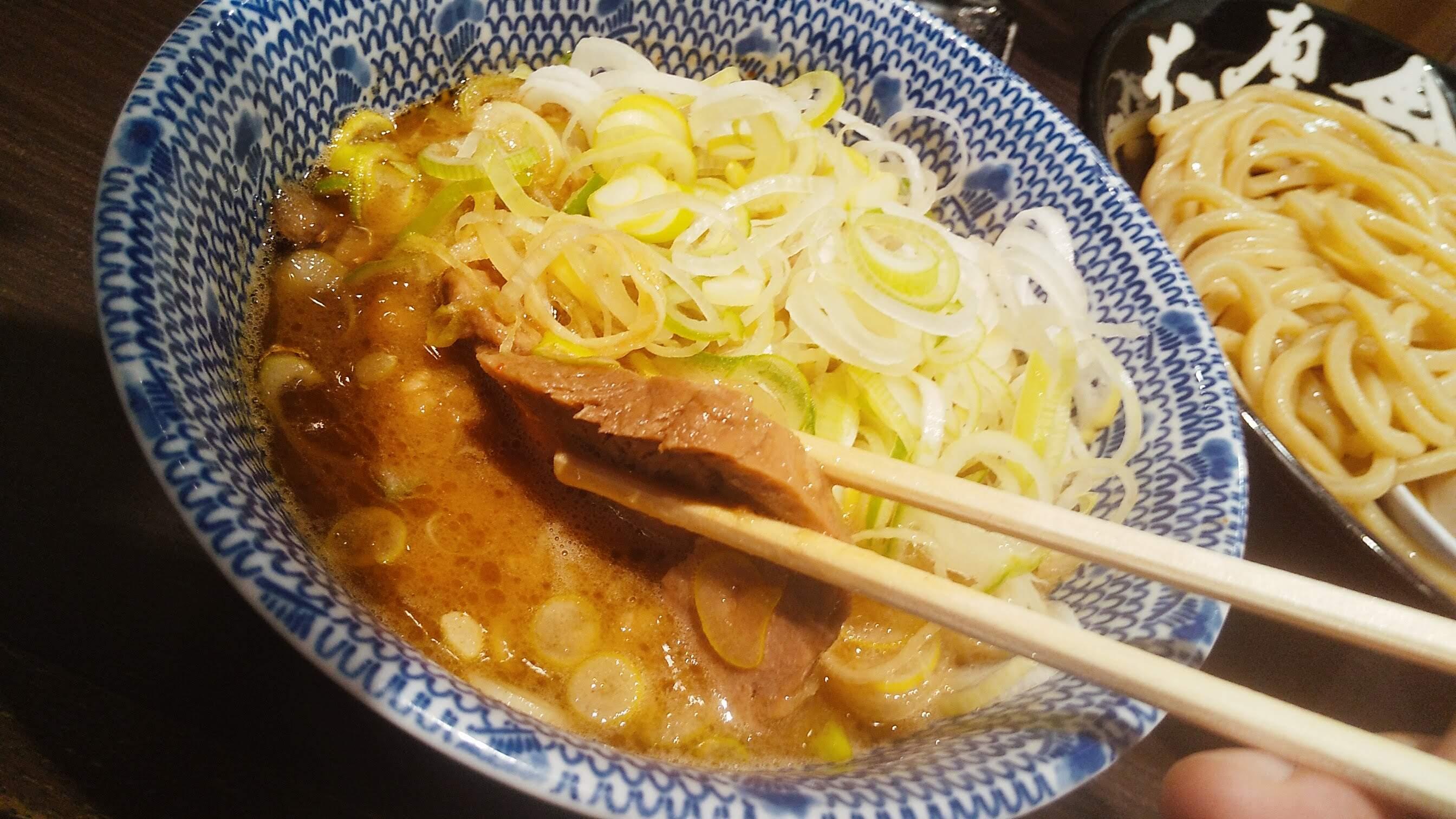 六厘舎上野店のつけ麺痺れのチャーシューアップの写真