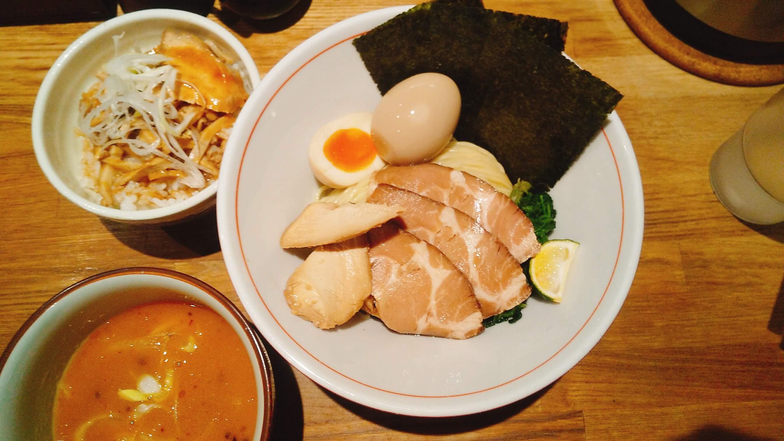 饗膳麺昌㐂の芳醇魚介鶏白湯特製つけ麺の麺皿の写真